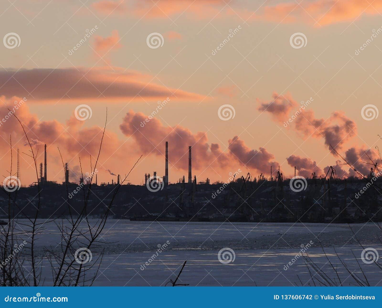 Schoorsteenfabriek met zwarte rook over de hemel met wolk wanneer zonsondergangtijd, de industrie en verontreinigingsconcept