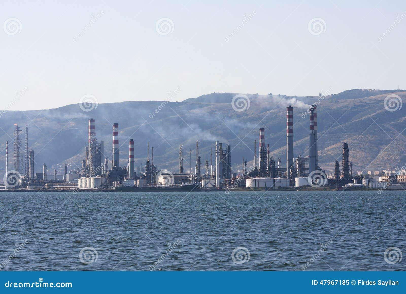 Schoorstenen van de lucht de verontreinigende fabriek