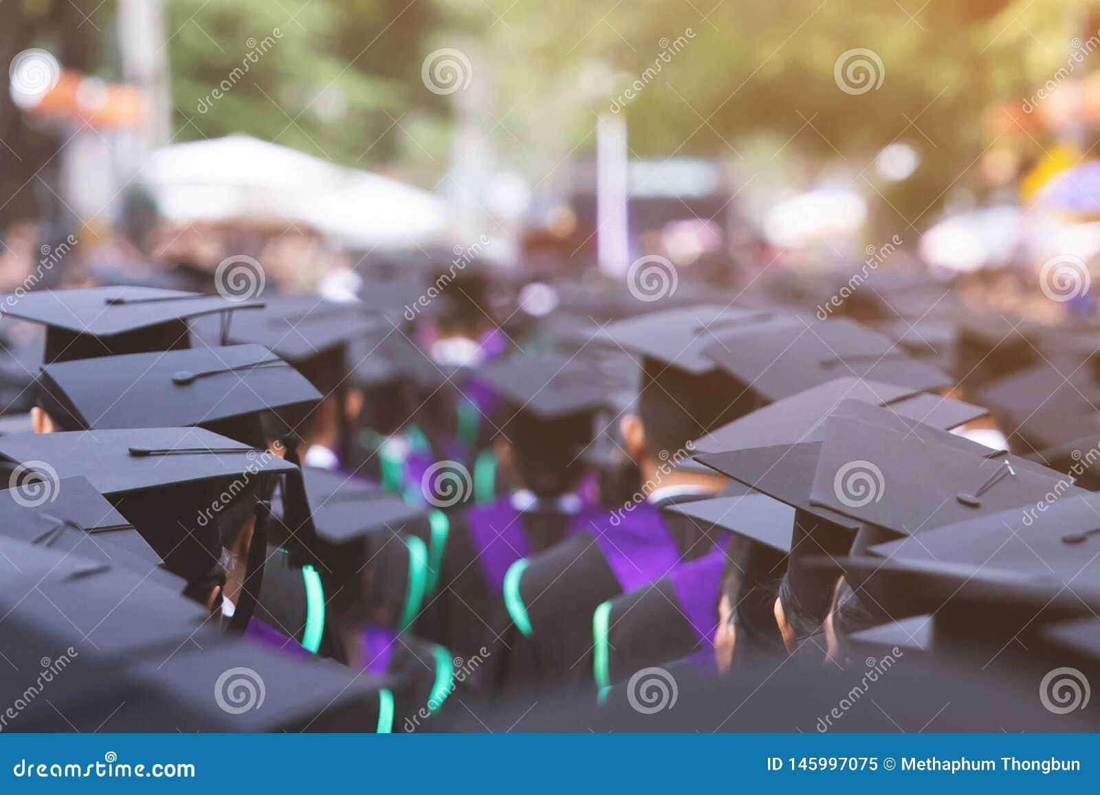 Schot van graduatiehoeden tijdens de gediplomeerden van het beginsucces van de universiteit, de jongelui van de de gelukwensstude