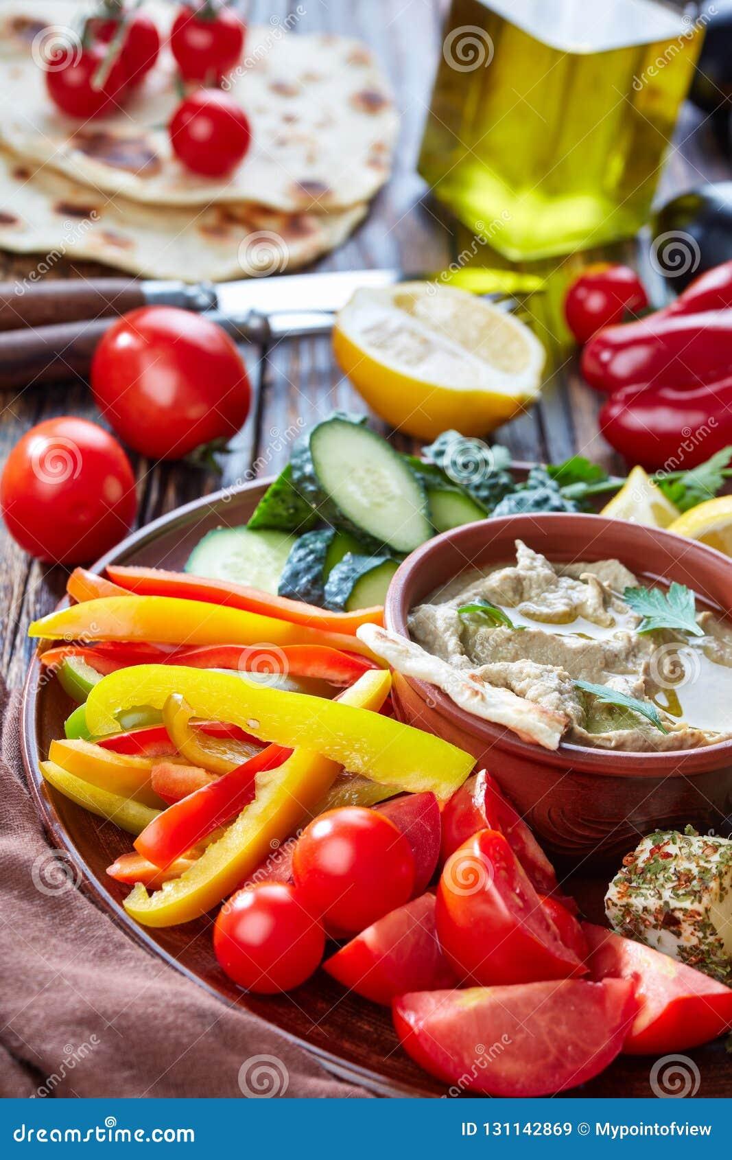 Schotel met veggiess en baba ganoush onderdompeling
