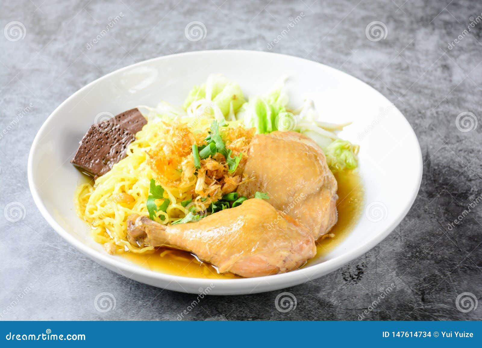 Schotel met verse eigengemaakte kippensoep, noedels en groenten