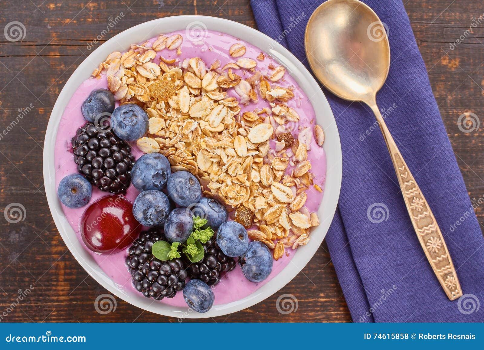 Schotel van yoghurt smoothie, verse bessen en muesli