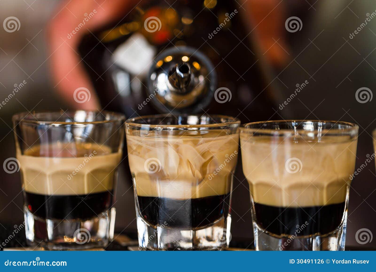 Schoten met rum en alcoholische drank in cocktailclub
