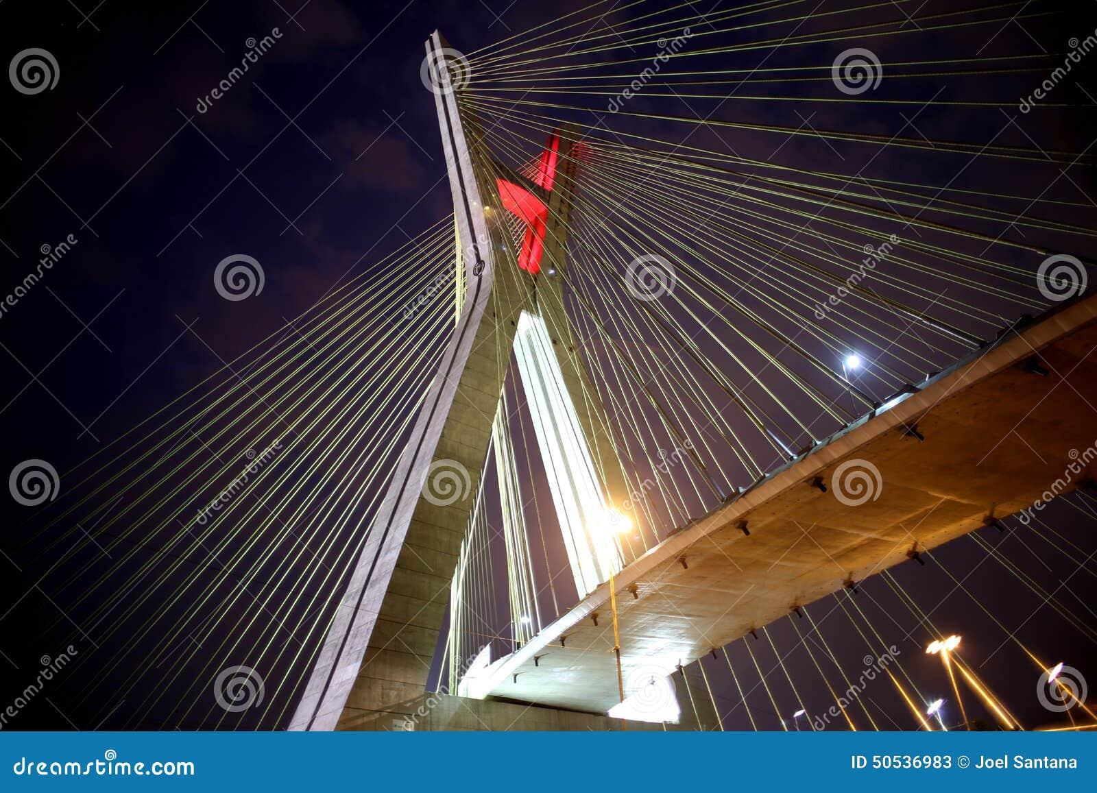 Schrägseilbrücke belichtet nachts