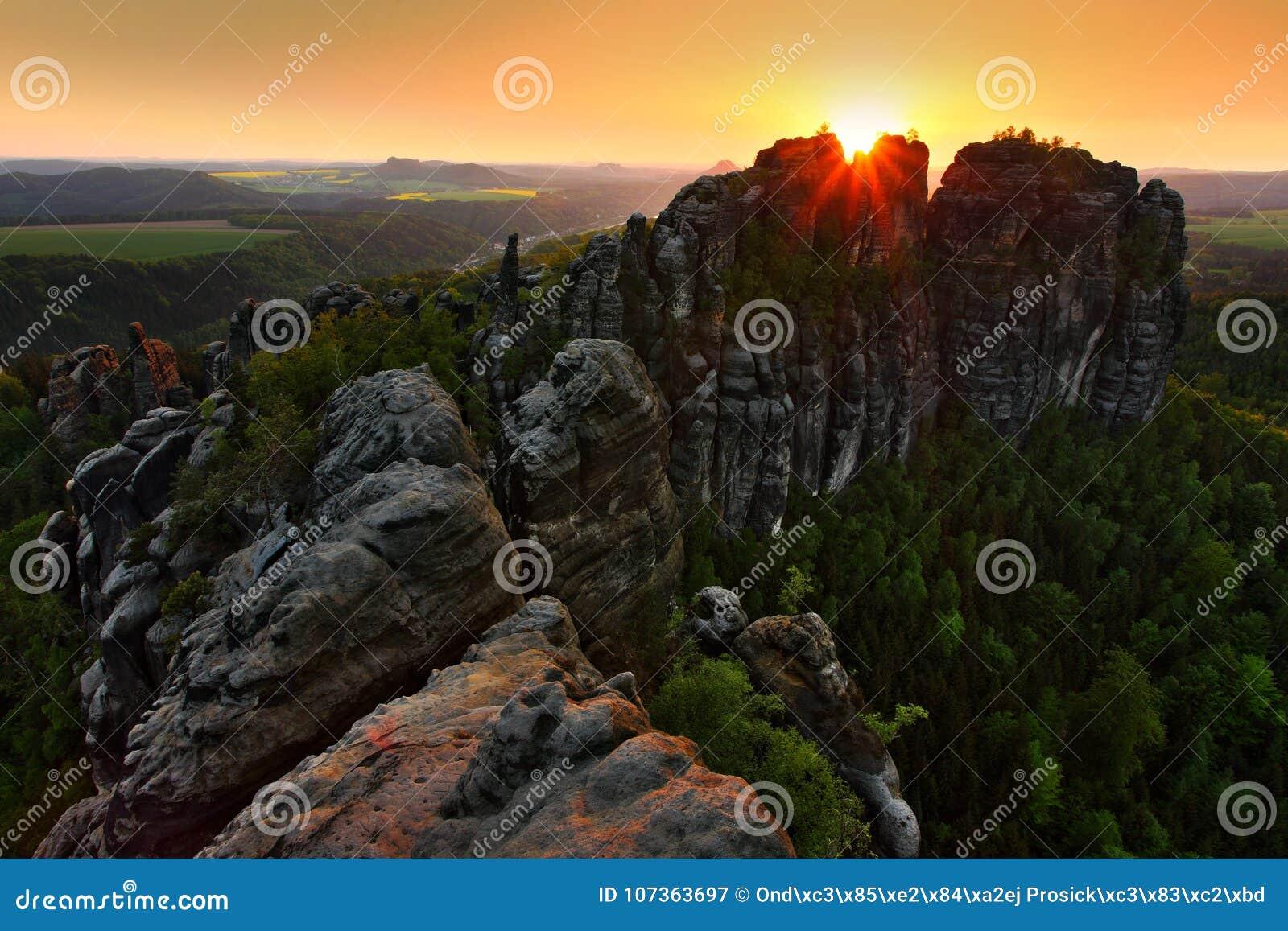 Schrammsteine,在砂岩峭壁的美好的晚上视图到深有薄雾的谷里在萨克森瑞士,有雾的背景,雾