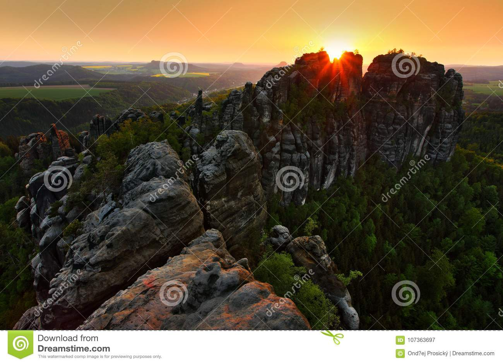 Schrammsteine, schöne Abendansicht über Sandsteinklippe in tiefes nebelhaftes Tal in Sachsen die Schweiz, nebeliger Hintergrund,