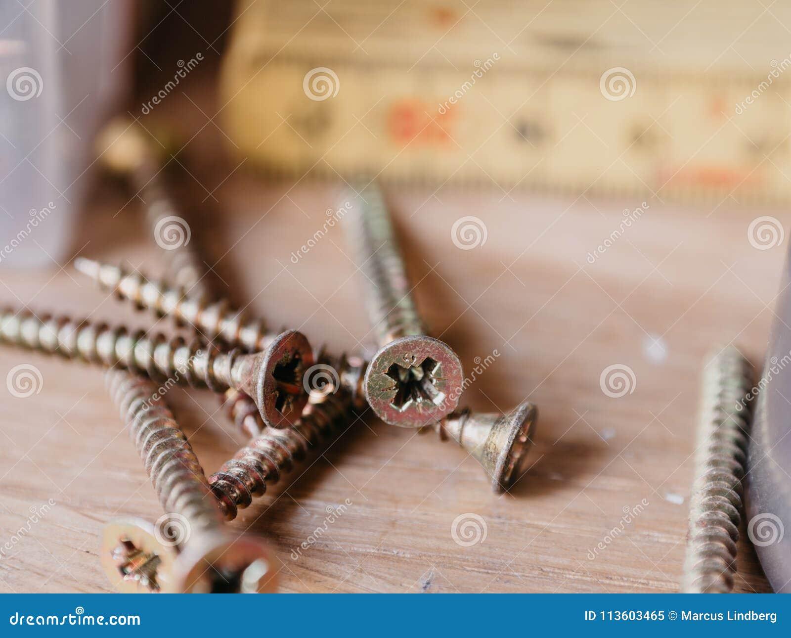 Schrauben im toolshop mit Maßstab im Hintergrund