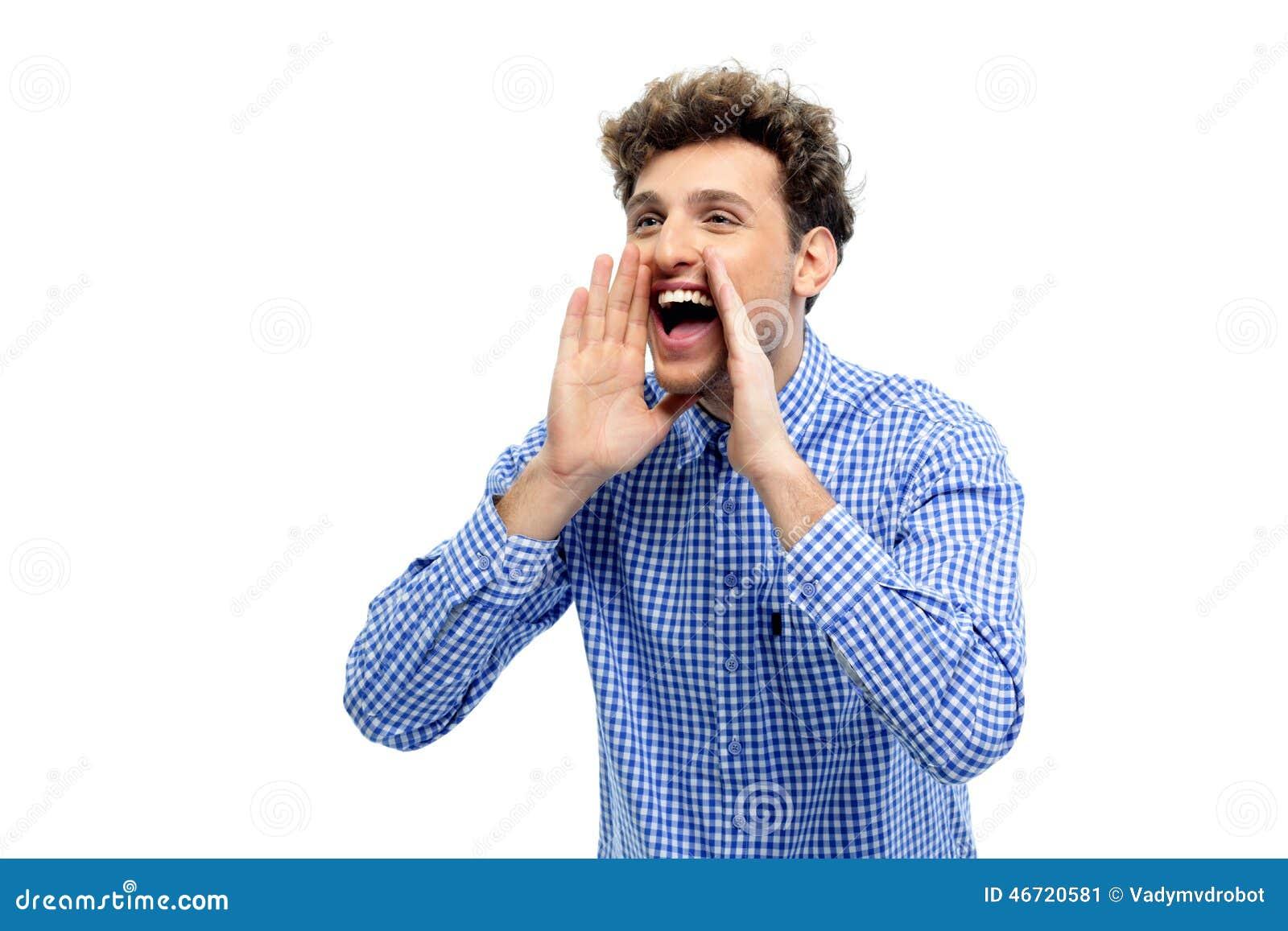 Schreeuwen van de mens luid met handen op de mond