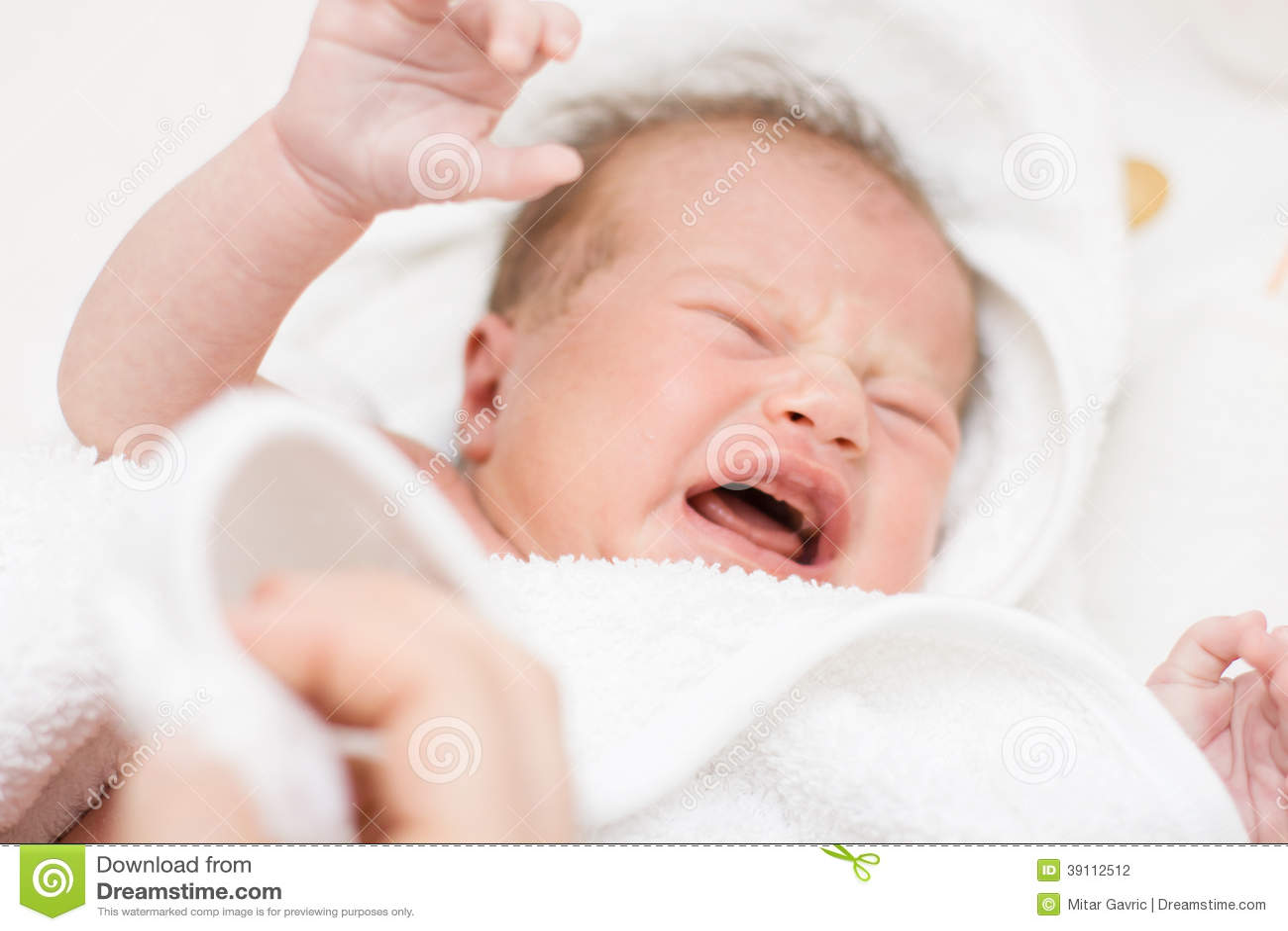 Schreeuwend pasgeboren babymeisje