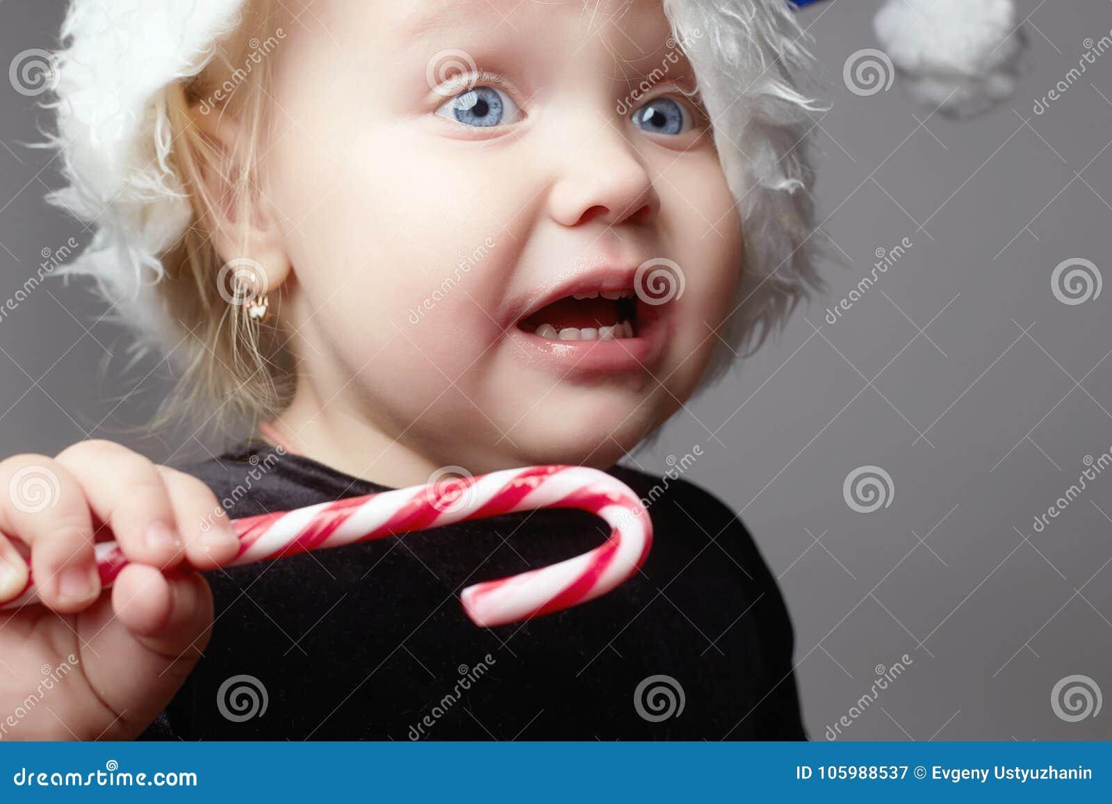 Schreeuwende baby Jong geitje met suikergoed droevig kind in Kerstmistijd