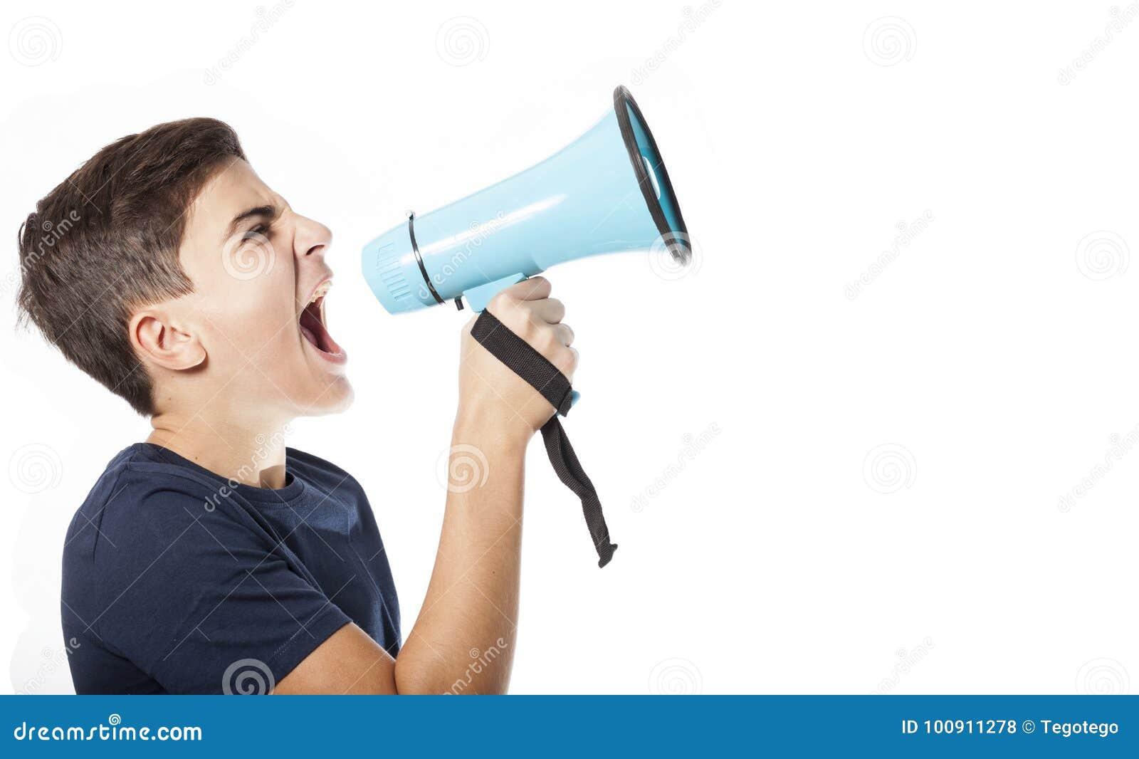 Schreeuwende tiener met megafoon