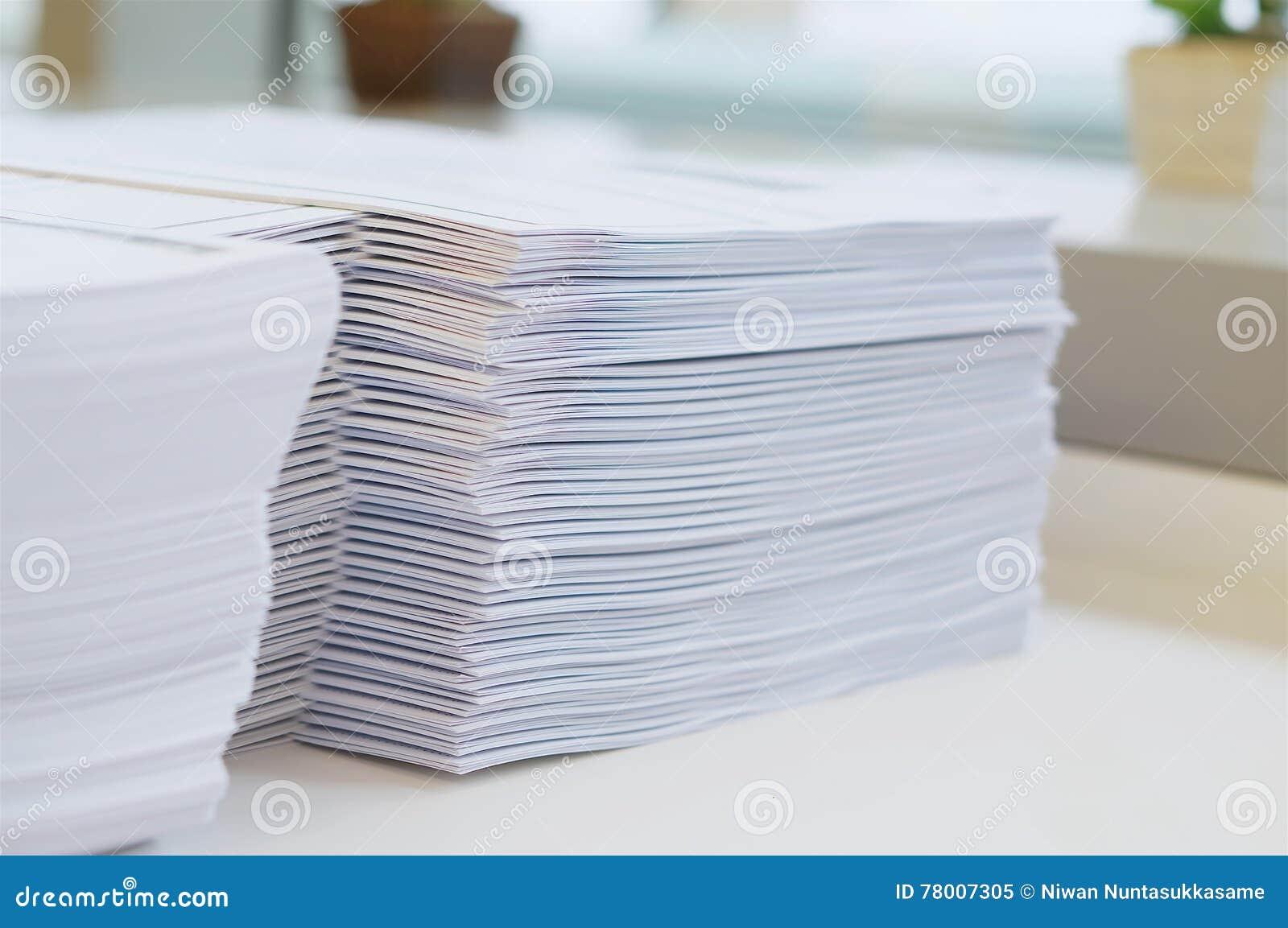 Schreibarbeit auf Tabelle im Büro