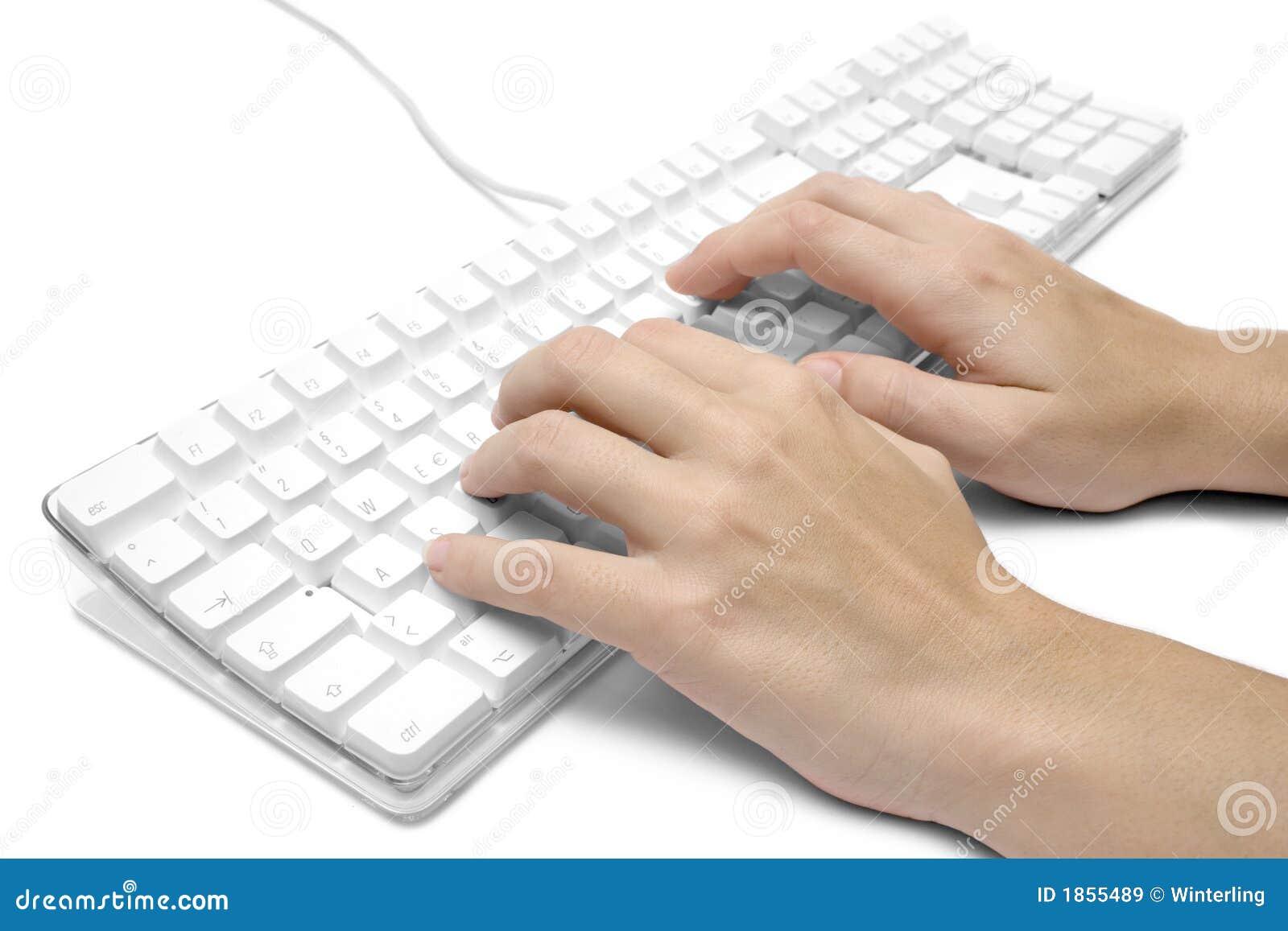 Schreiben auf eine weiße Computer-Tastatur