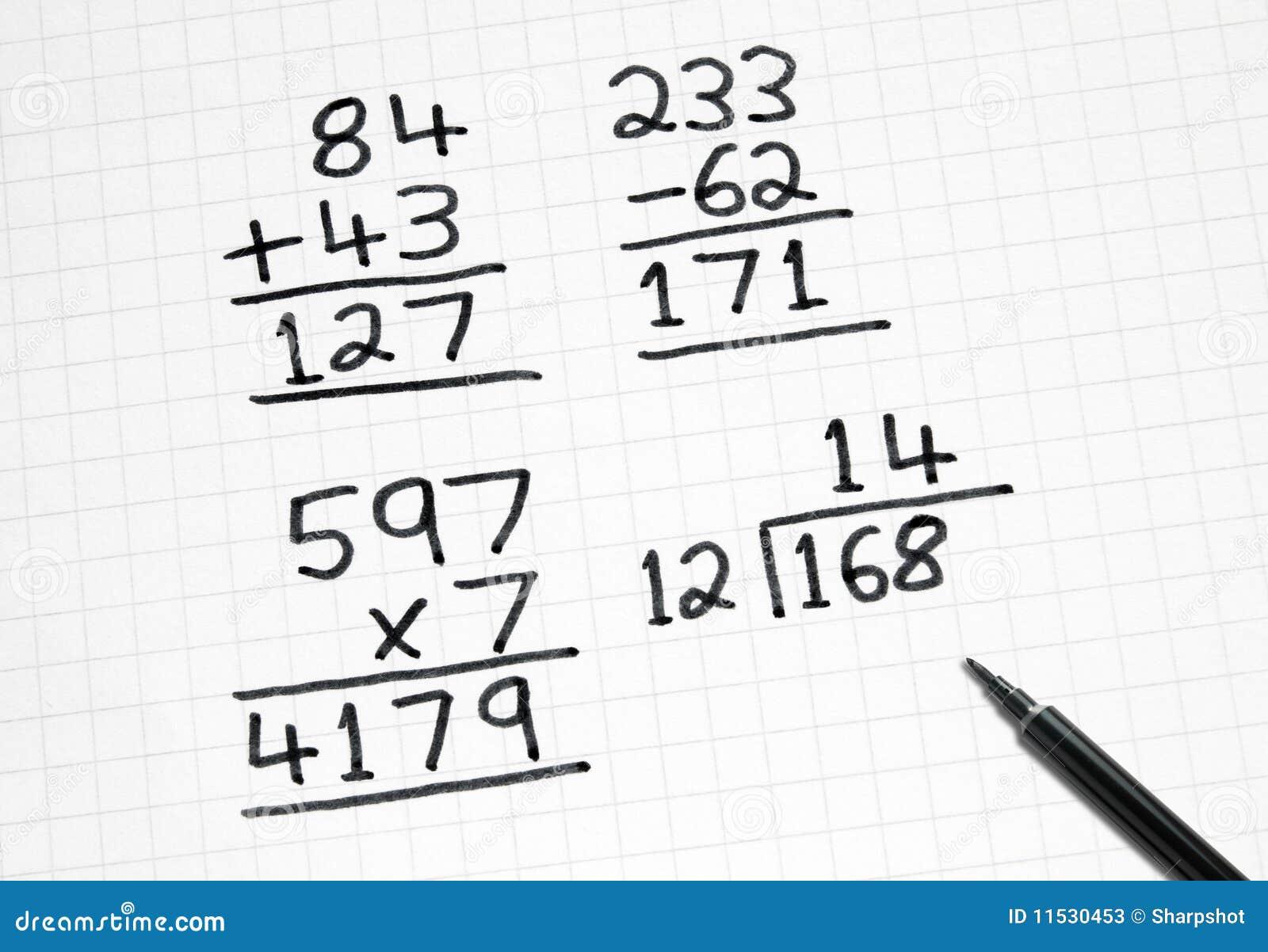 Schreiben der einfachen Mathesummen auf quadratisches Papier.