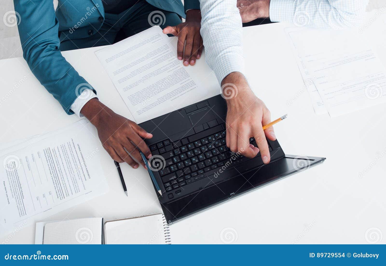Schreiben Der Zusammenfassung Oder DES Lebenslauf-Rates Suchen Nach ...