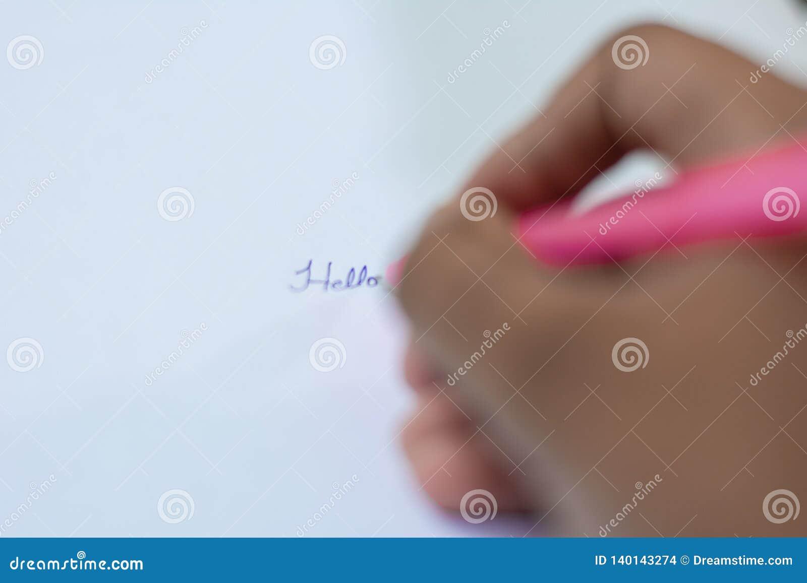 Schreiben mit Stift- und Papiernahaufnahme der Hand