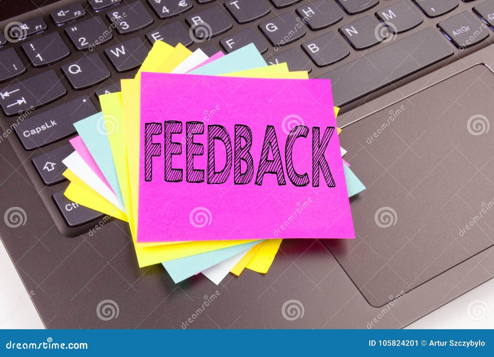 Schreibens-Feedbacktext gemacht in der Büronahaufnahme auf Laptop-Computer Tastatur Geschäftskonzept zu Meinungs-Information posi