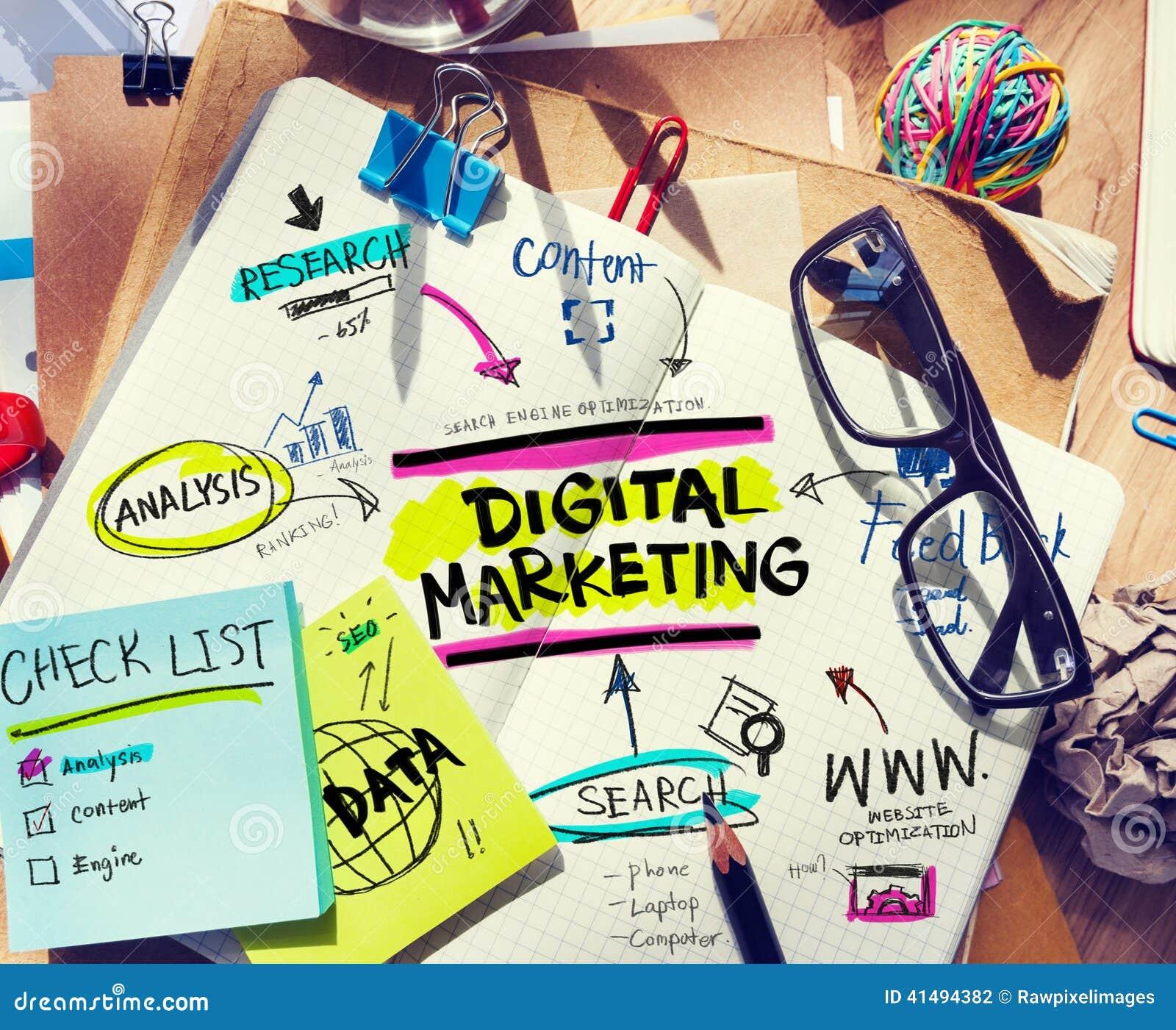 Schreibtisch mit Werkzeugen und Anmerkungen über Digital-Marketing