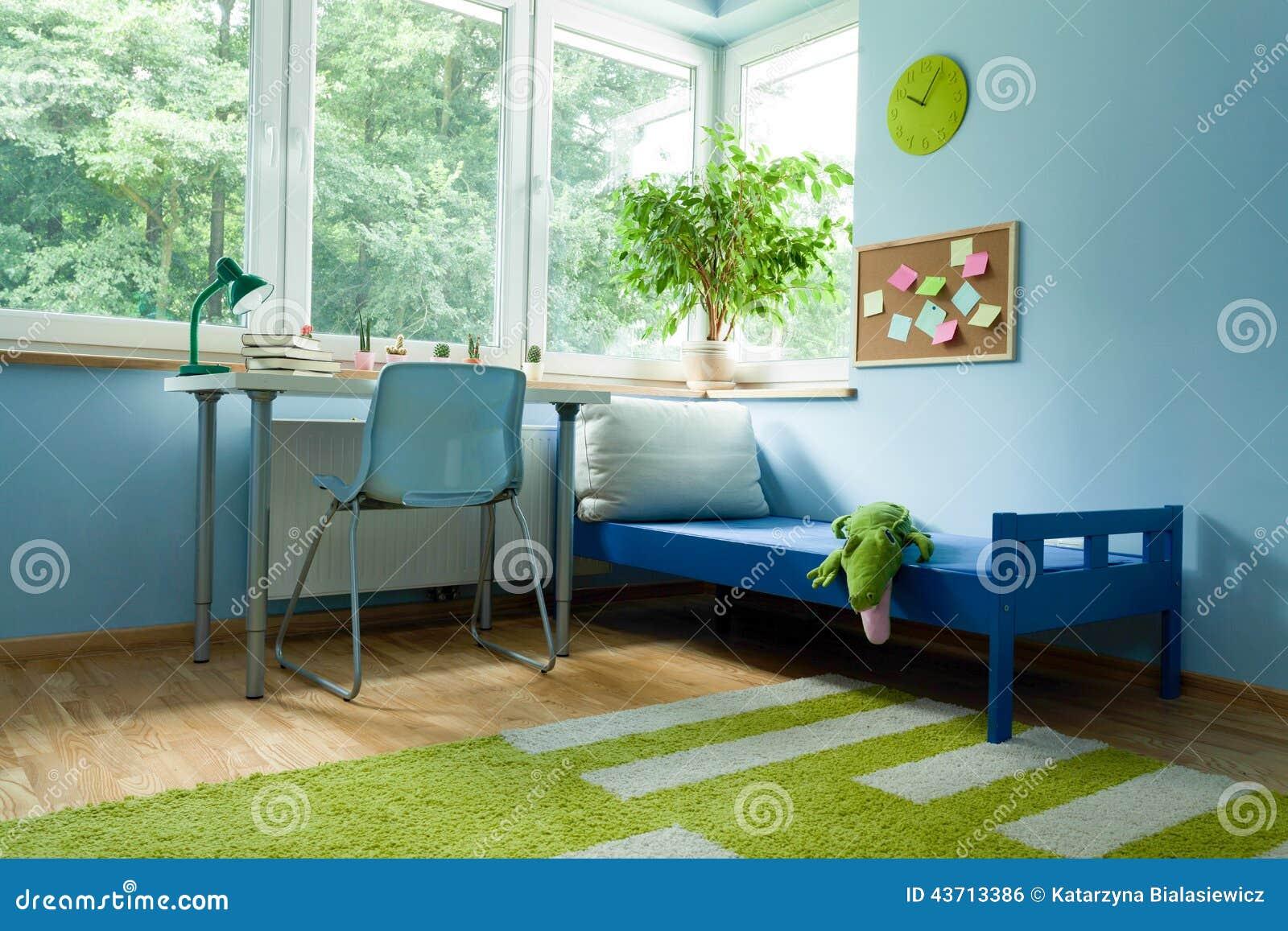 Schreibtisch Nahe Zum Jungenbett Stockfoto - Bild: 43713386