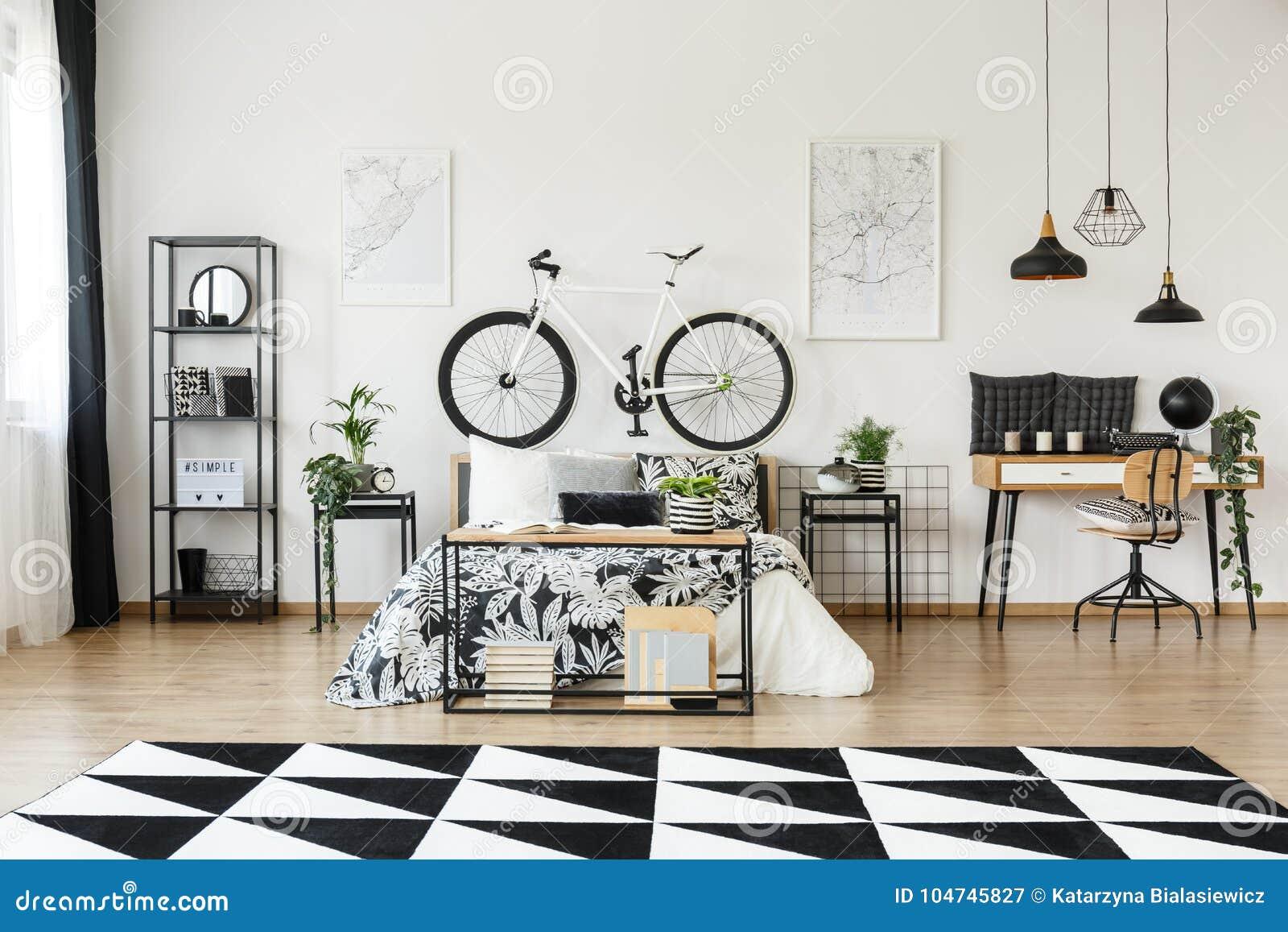 Schreibtisch Und Fahrrad Im Schlafzimmer Stockbild - Bild ...
