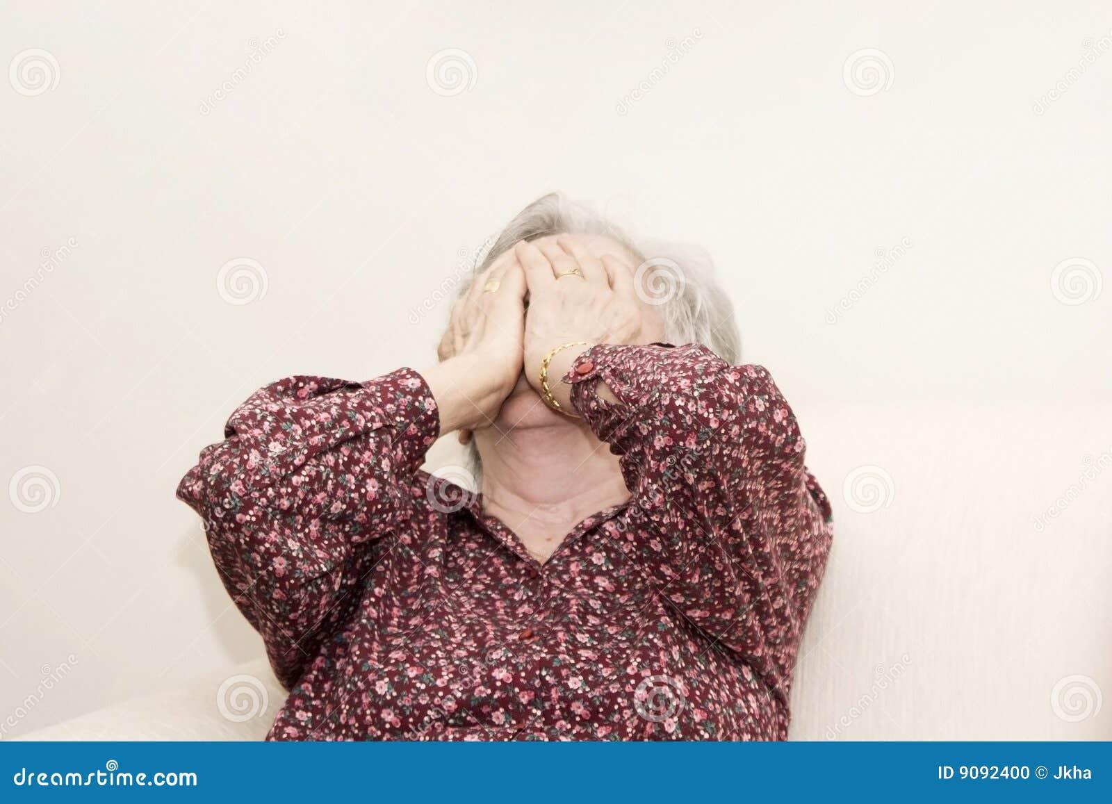 Schreiendes Sitzen der alten Frau