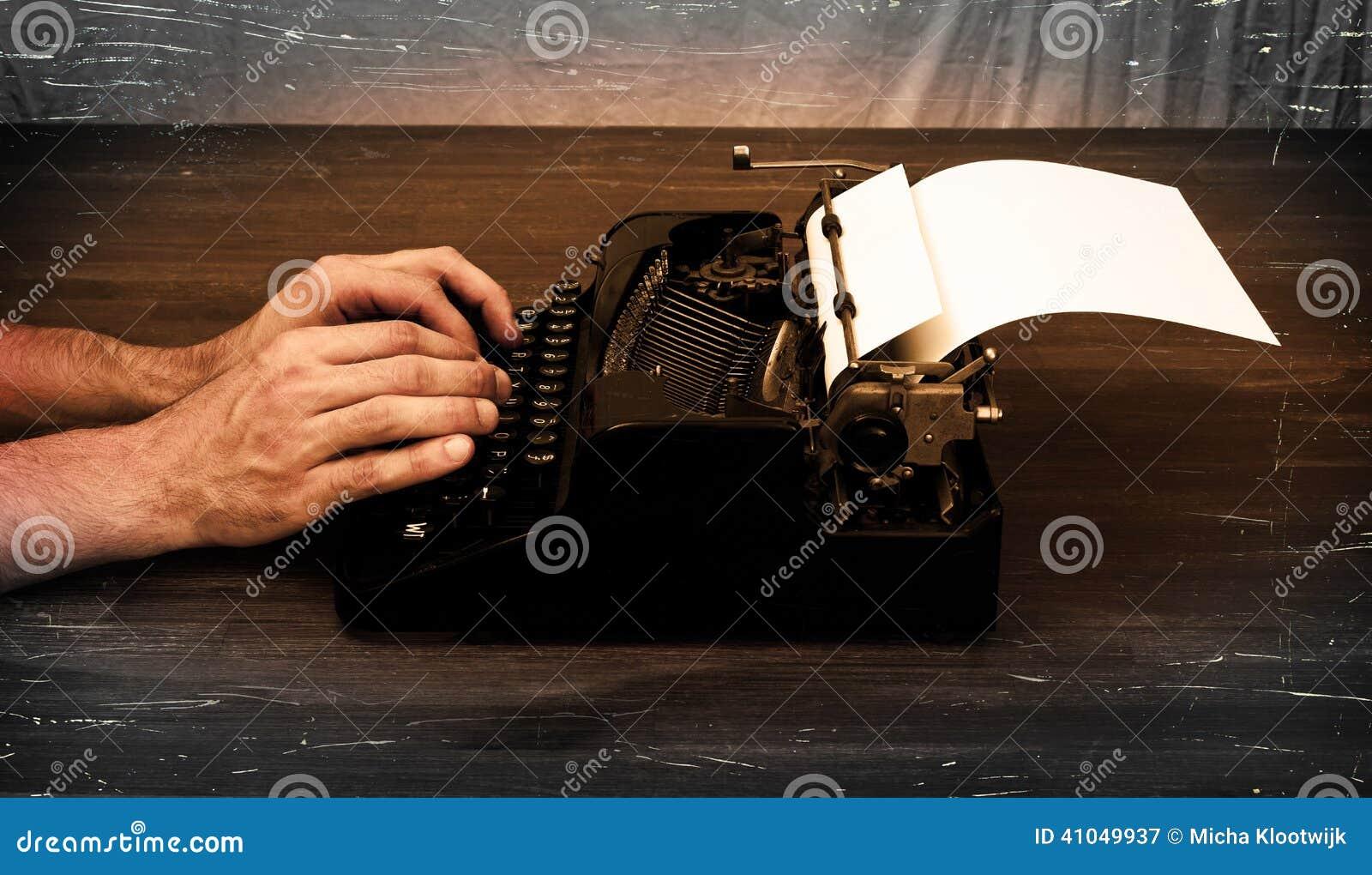 Schrijver of verslaggever achter de schrijfmachine