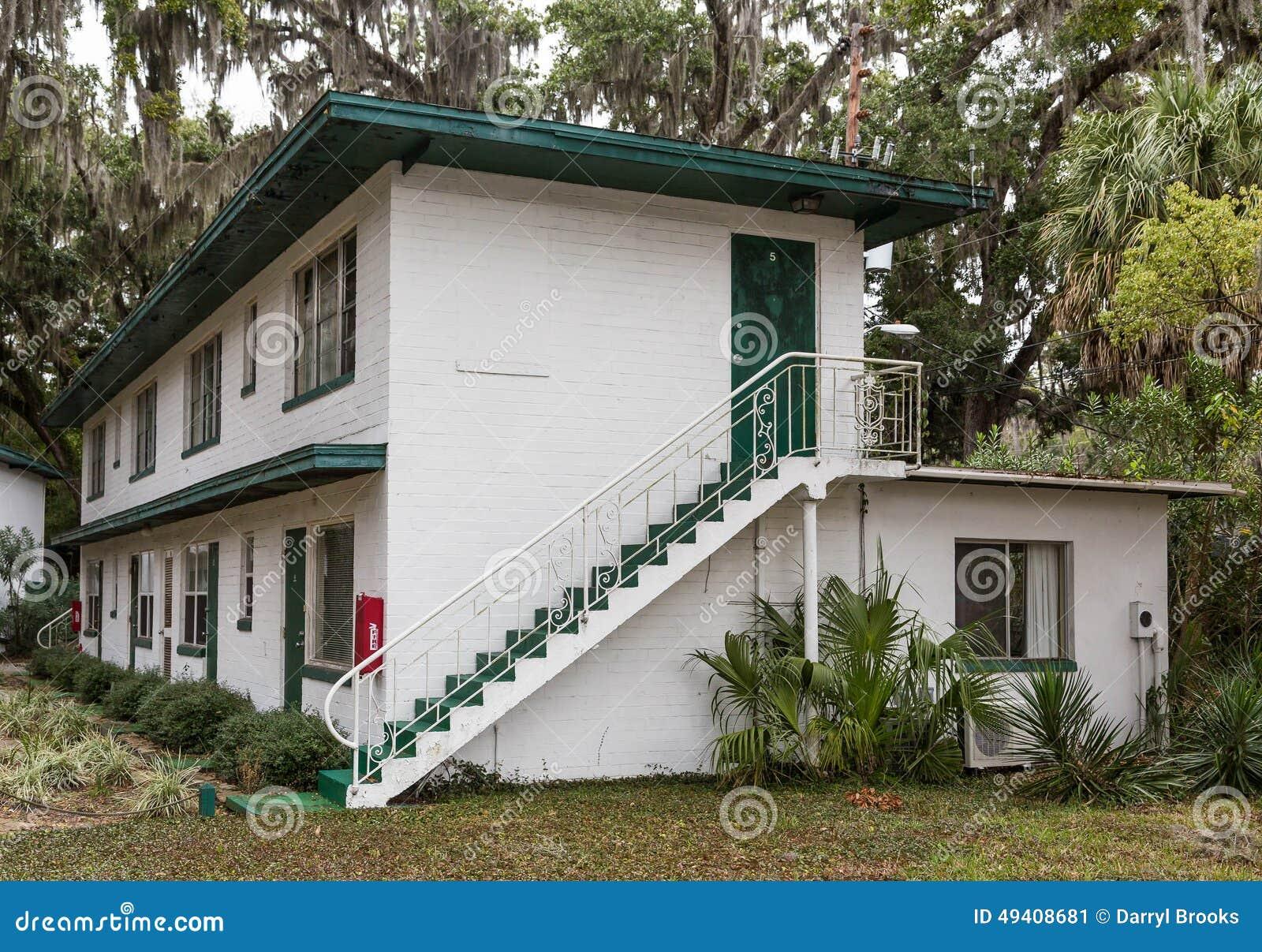 Download Schritte Auf Altem Verlassenem Hotel Stockbild - Bild von eichen, gebäude: 49408681