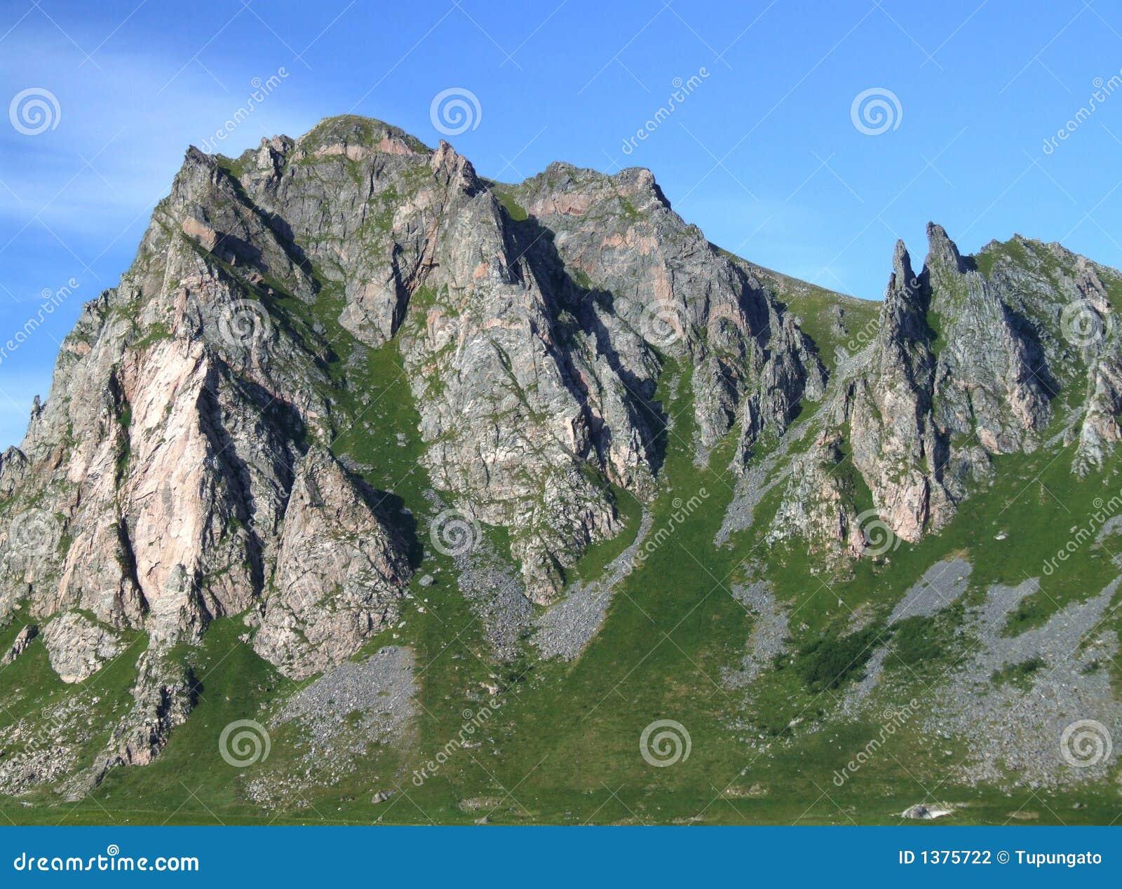Schroffe felsige berge und sonniger sommer verwittern in norwegen
