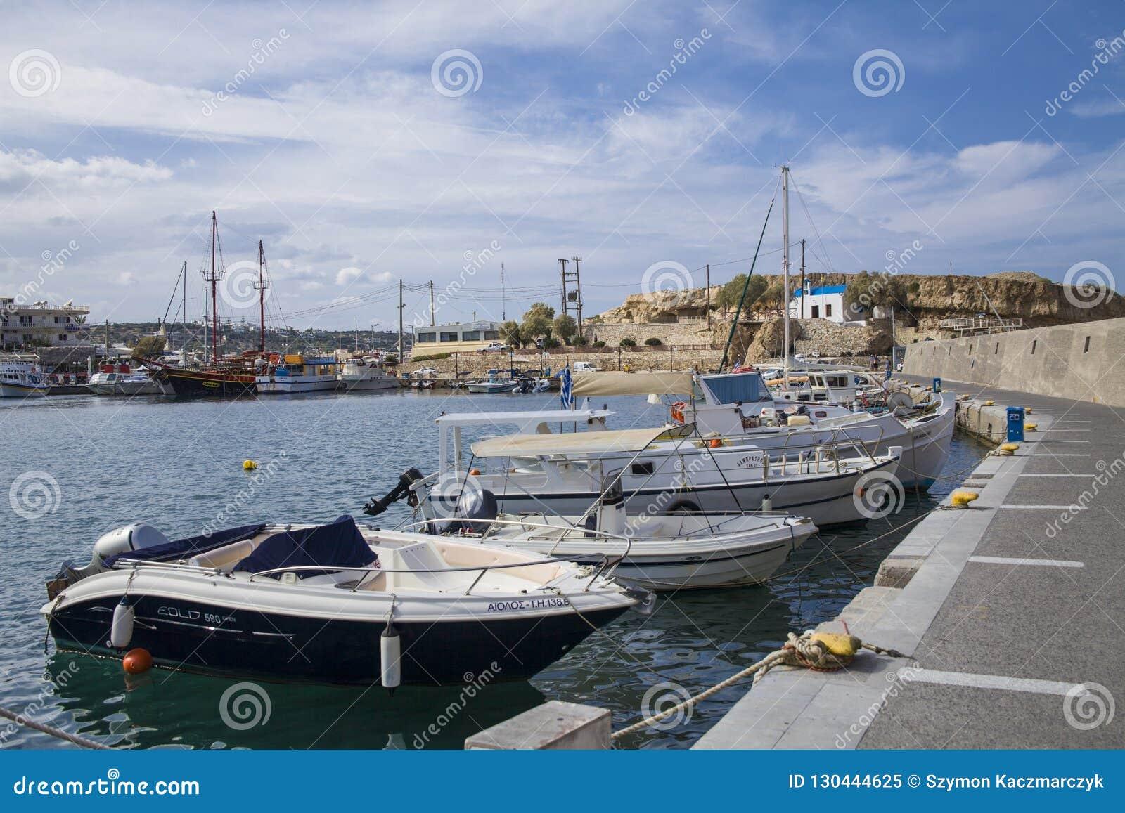 Schronienia nabrzeże w Hersonissos, port z łodziami rybackimi i żeglowanie łodziami