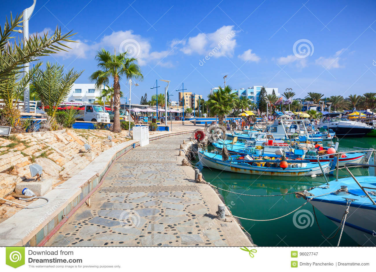 Schronienie blisko Ayia Napa Łodzie rybackie, palmy i turyści,