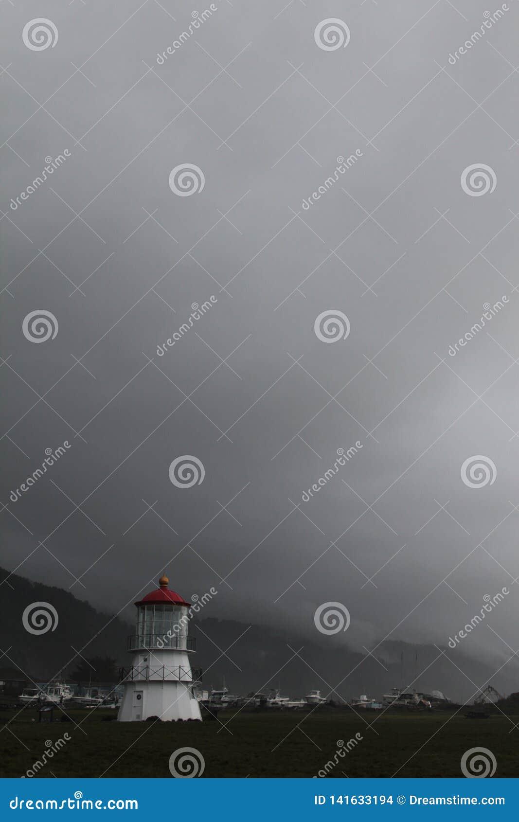 Schroniskowa zatoczka, Kalifornia Światło dom siwieje chmury w plecy