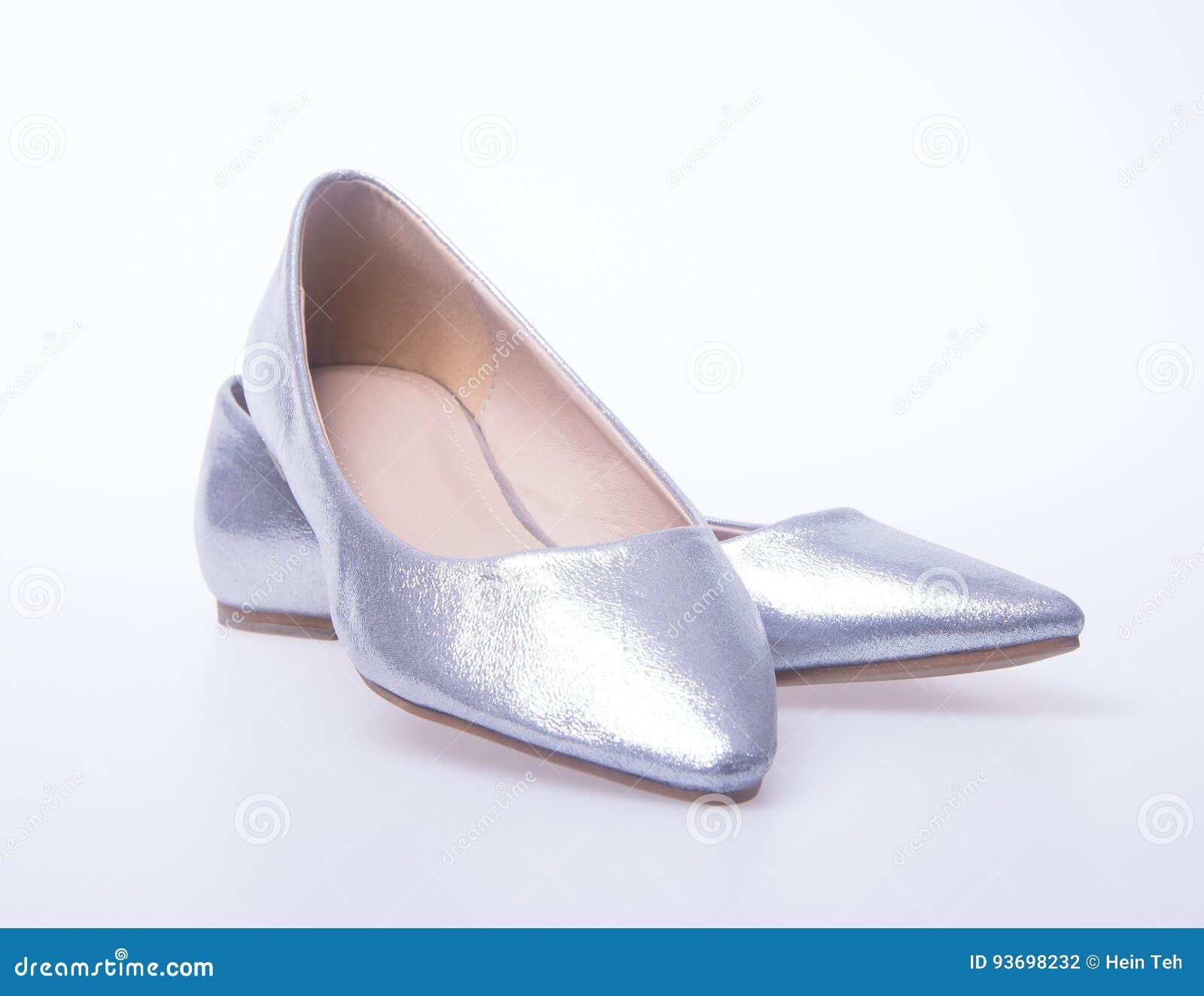 5676c94572f278 Schuh Silberne Farbmode-Frauenschuhe Auf Einem Hintergrund Stockfoto ...