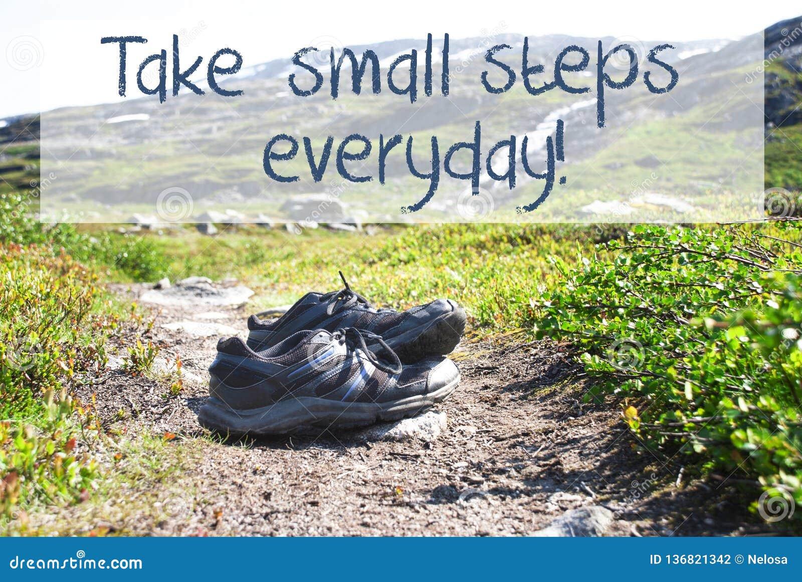 Schuhe auf Trekkings-Weg, unternehmen die kleinen täglichen Schritte