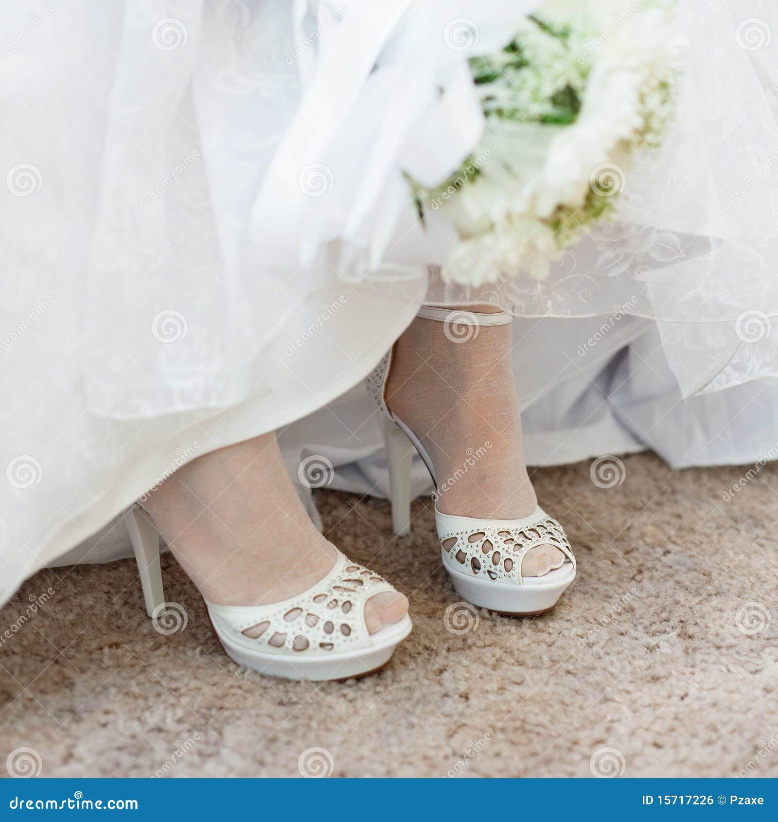 Schuhe Der Braut Unter Hochzeitskleid Stockfoto - Bild von verlobtes ...