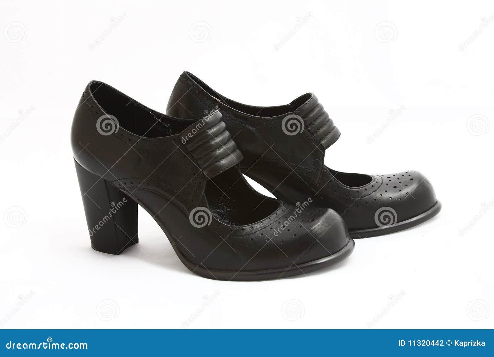 Schuhe der schwarzen Frauen getrennt auf Weiß