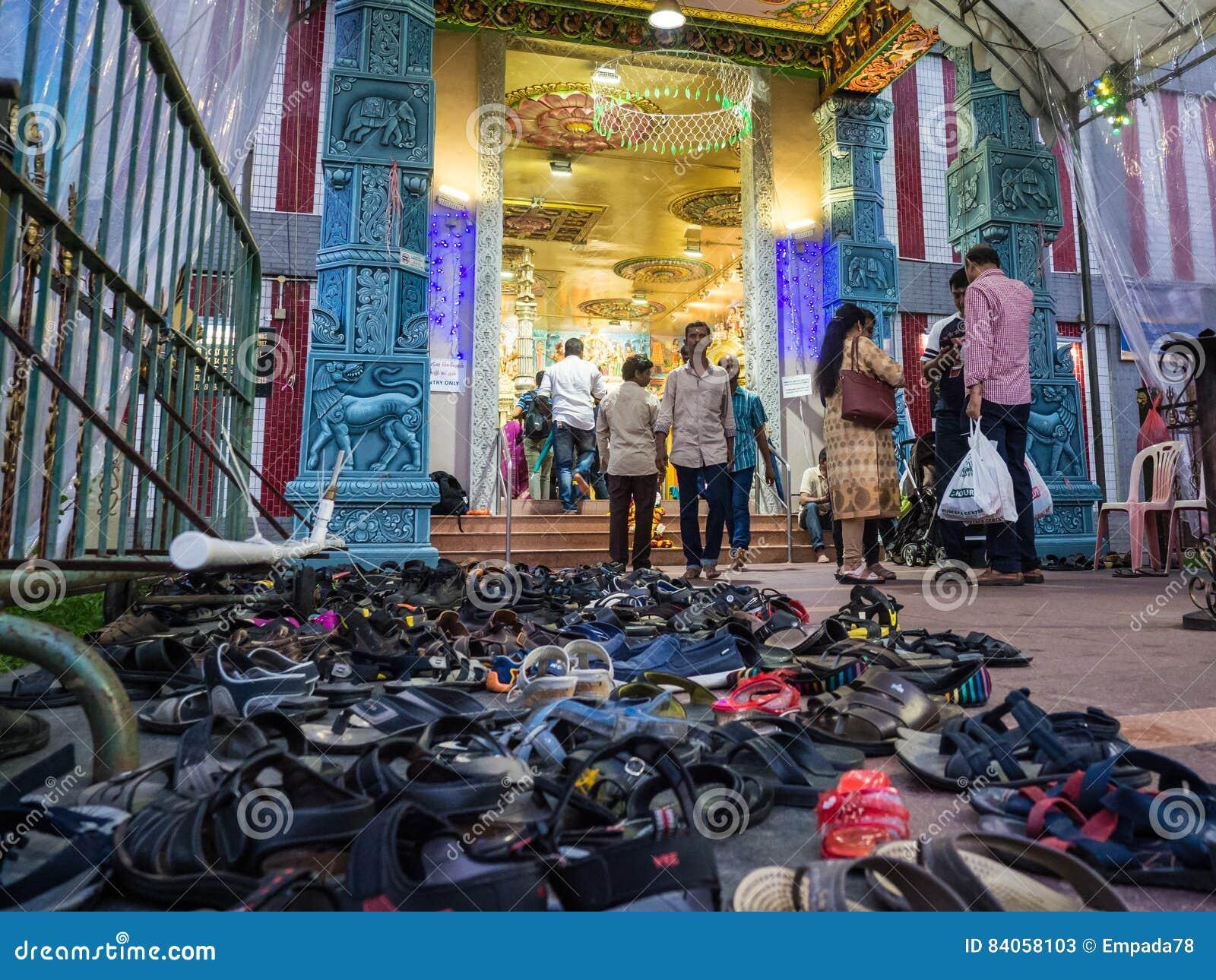 buy popular 25d5b c76bf Schuhe An Einem Indischen Tempel Redaktionelles Stockfoto ...