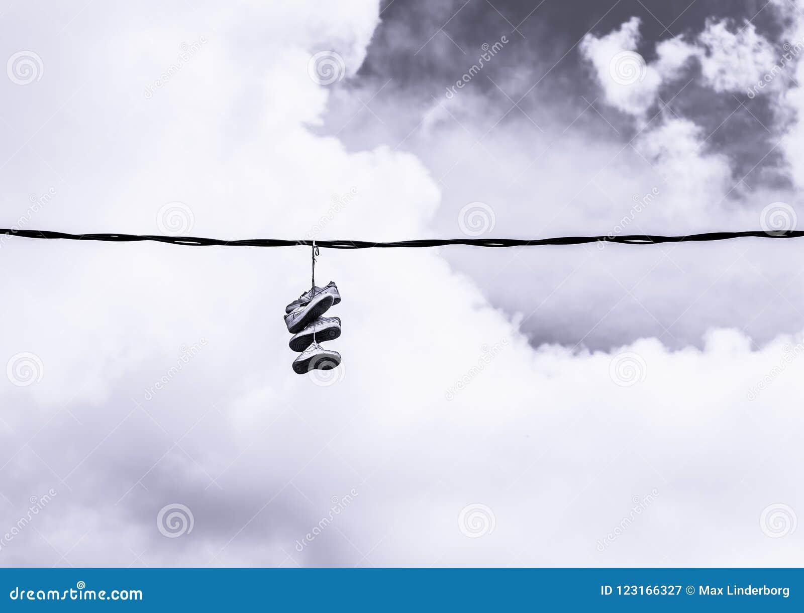 Schuhe geworfen über einer Starkstromleitung