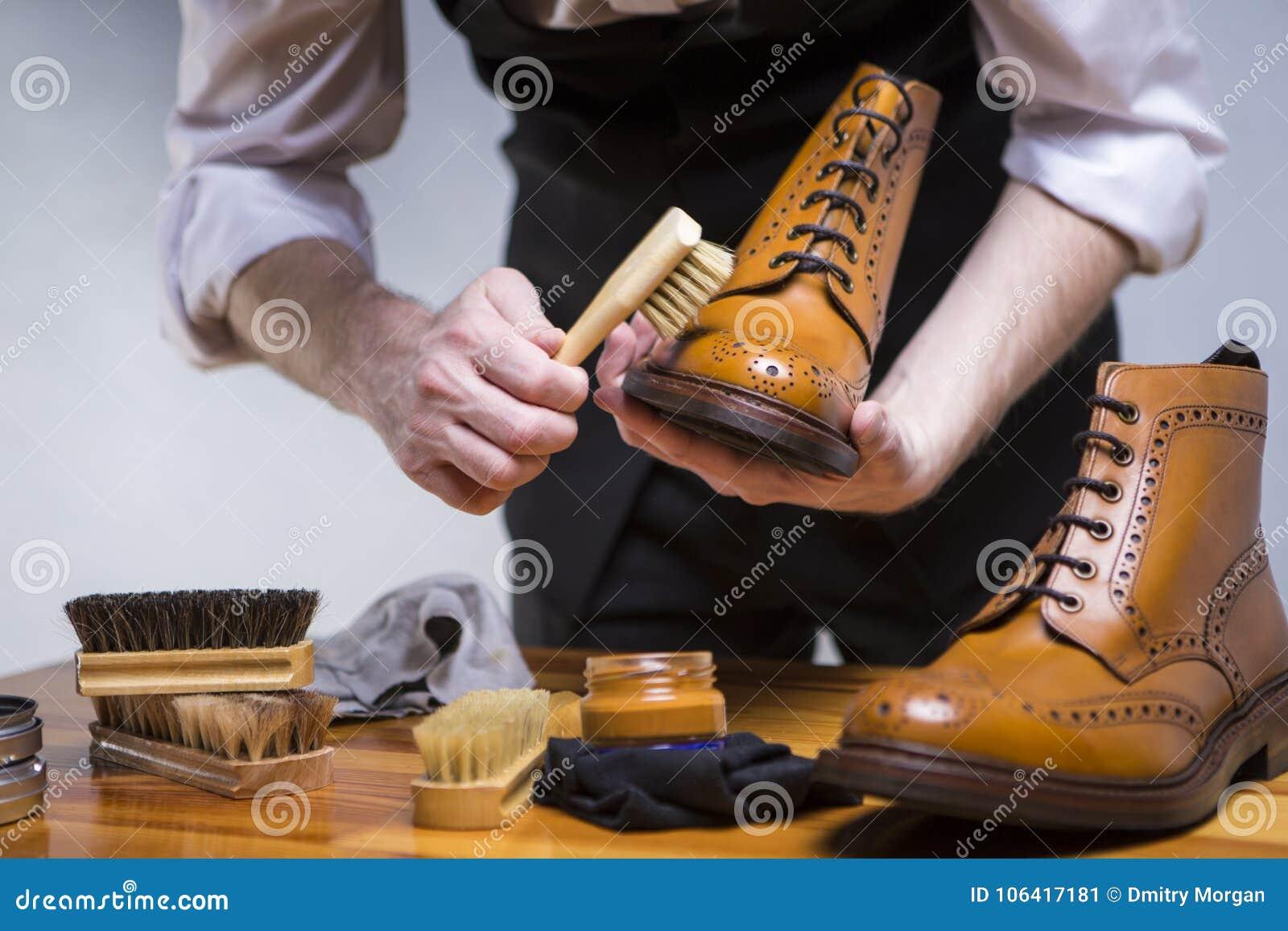 Schuhe-Ideen und Konzepte Das Extrem, das oben von nah ist, bemannt Hände Clea