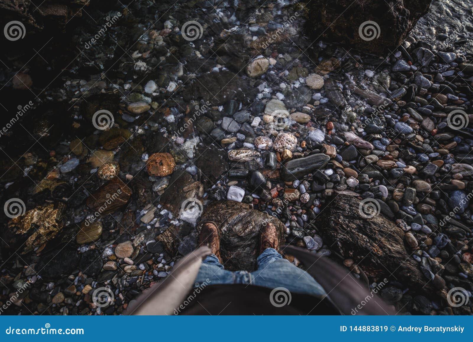 Schuhe oben an vom Felsen mit Wasser