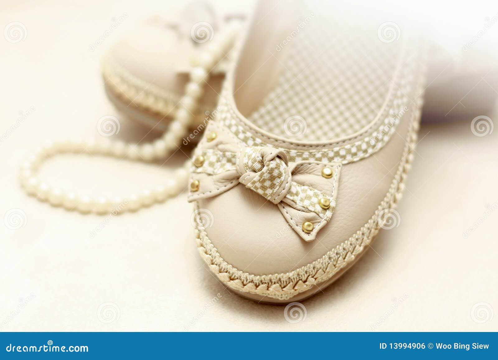 Perlen  Schuhe Und Perlen Stockfotos – 460 Schuhe Und Perlen Stockbilder ...