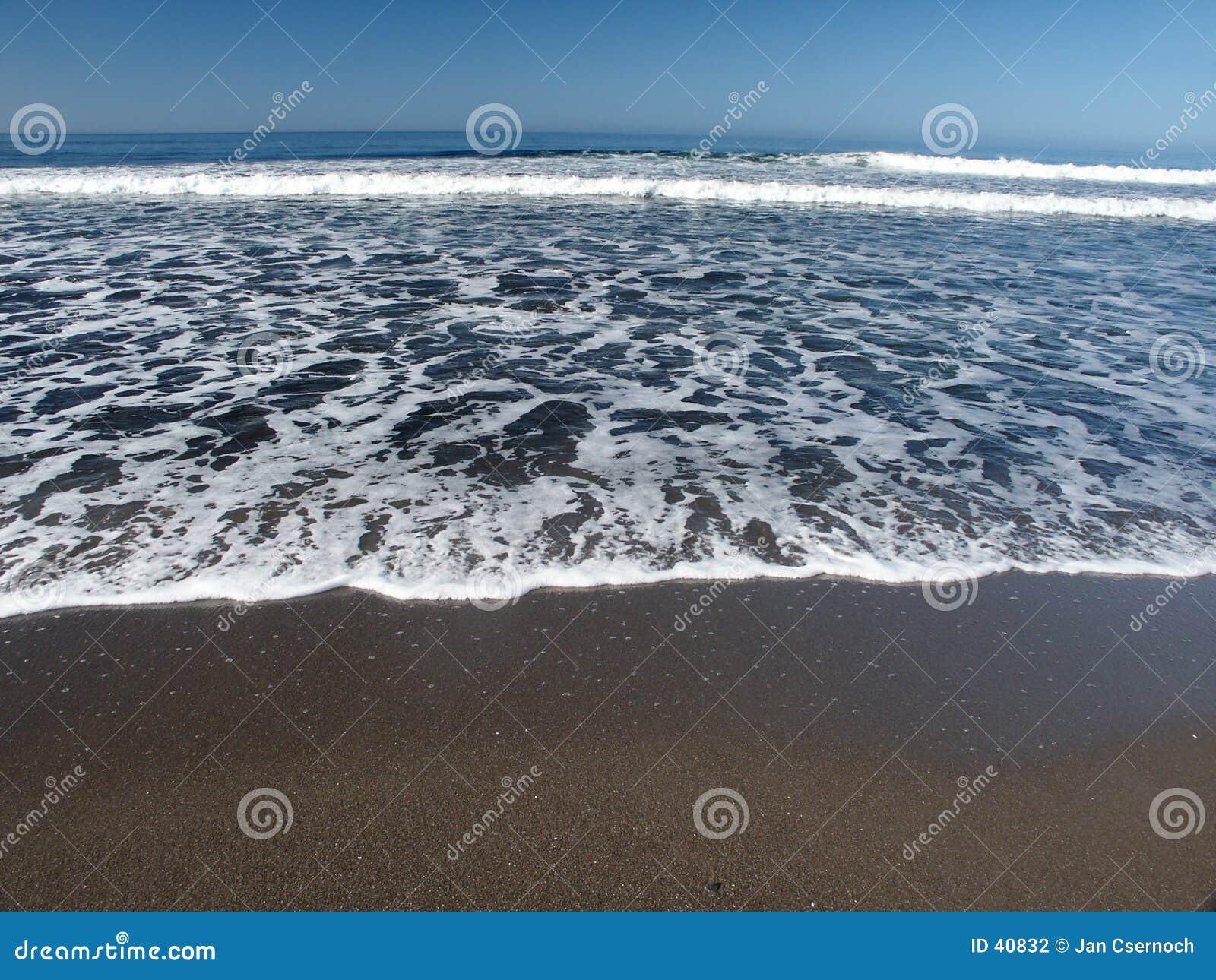 Schuim en golven van overzees