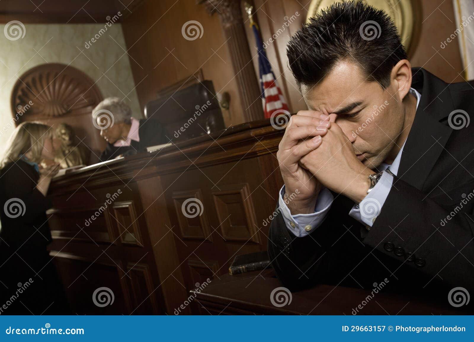 Schuldige Mensen voor het gerecht Zaal
