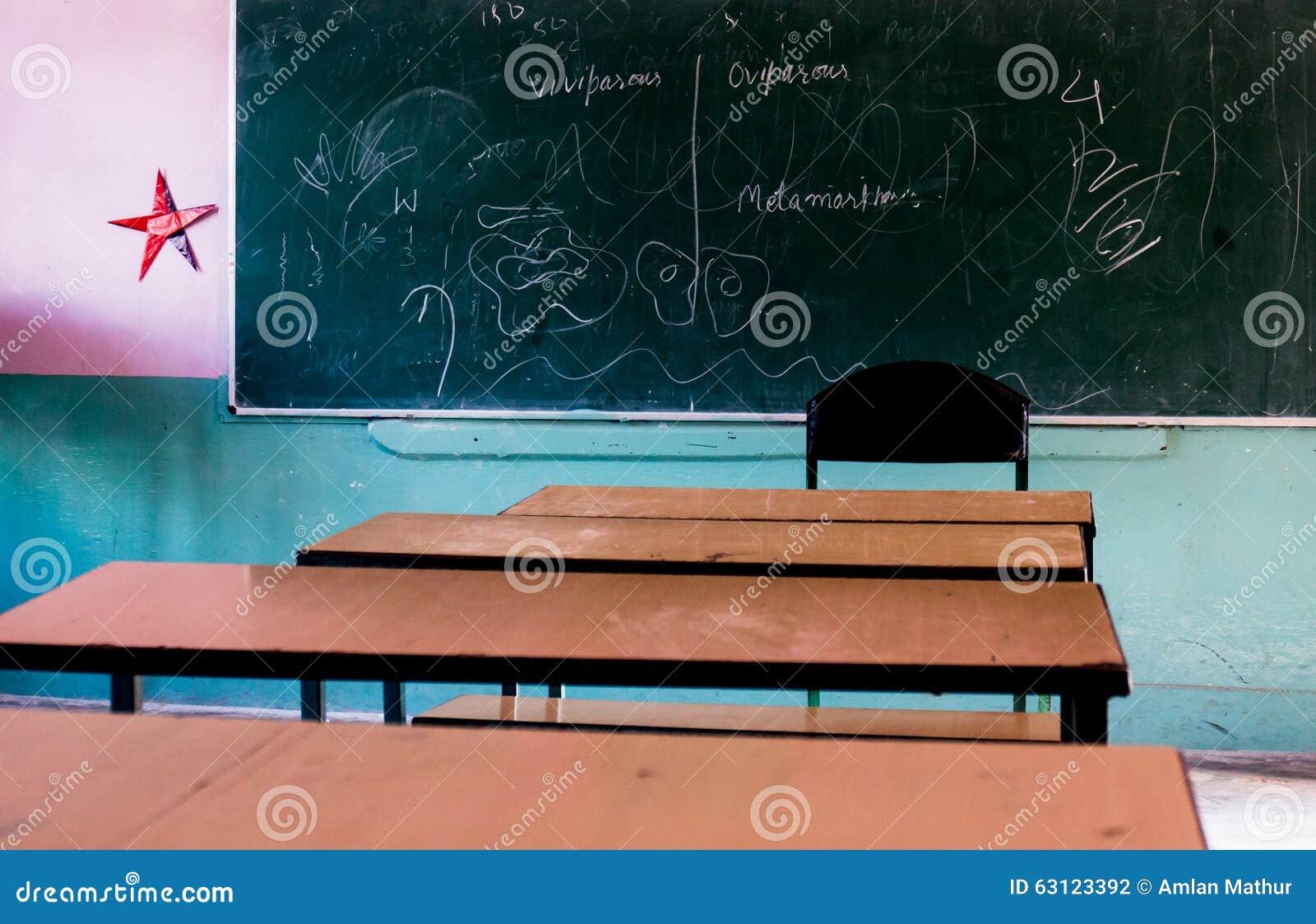 Eetbank En Tafel : Schule setzt das gegenüberstellen der tafel auf die bank