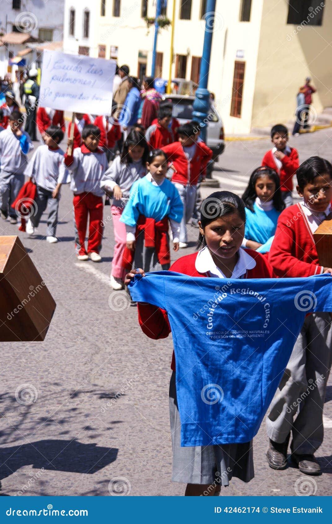 schulekinder die fahnen tragen redaktionelles stockbild
