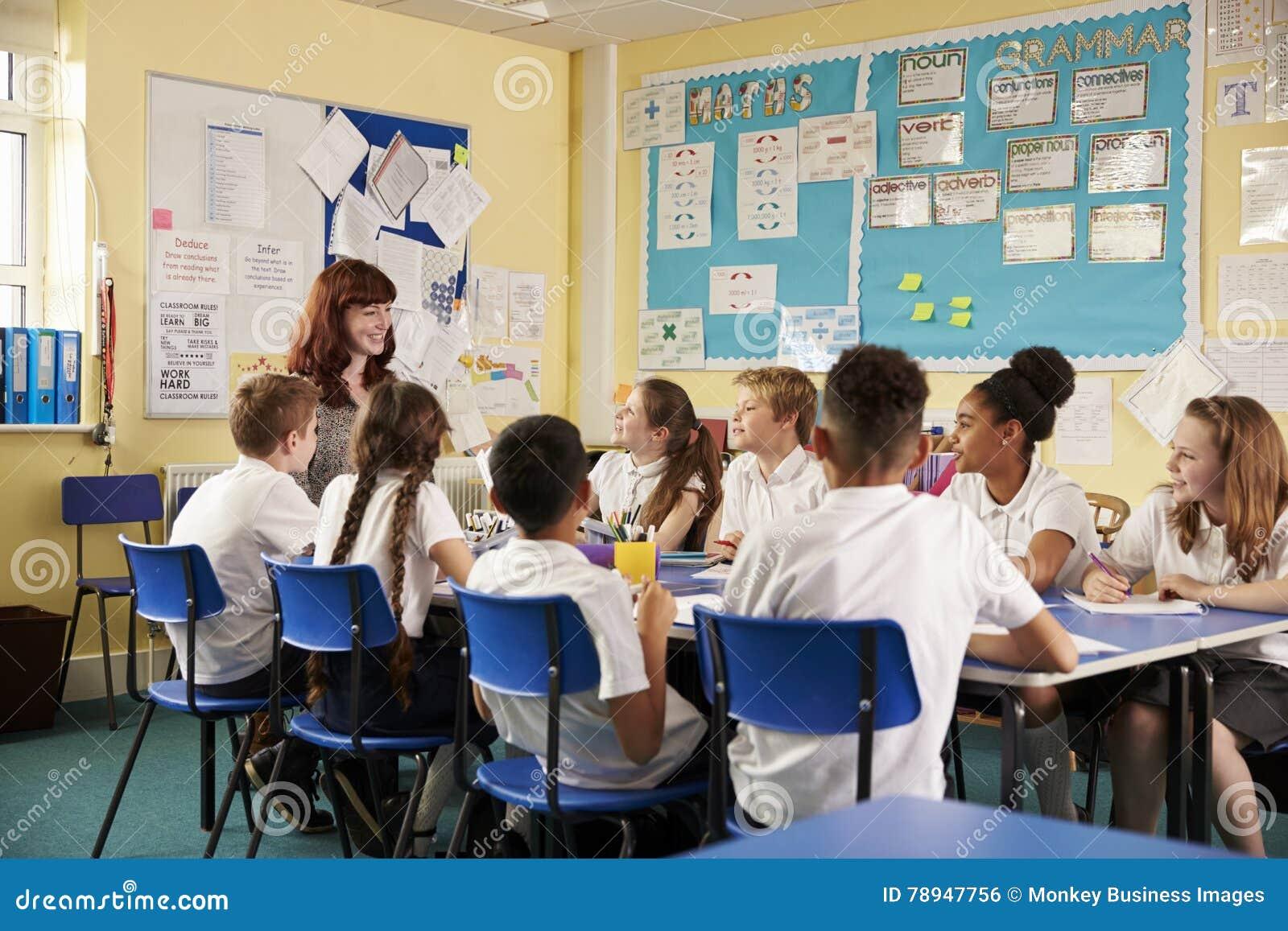 Schullehrer und Kinder arbeiten an Klassenprojekt, niedriger Winkel