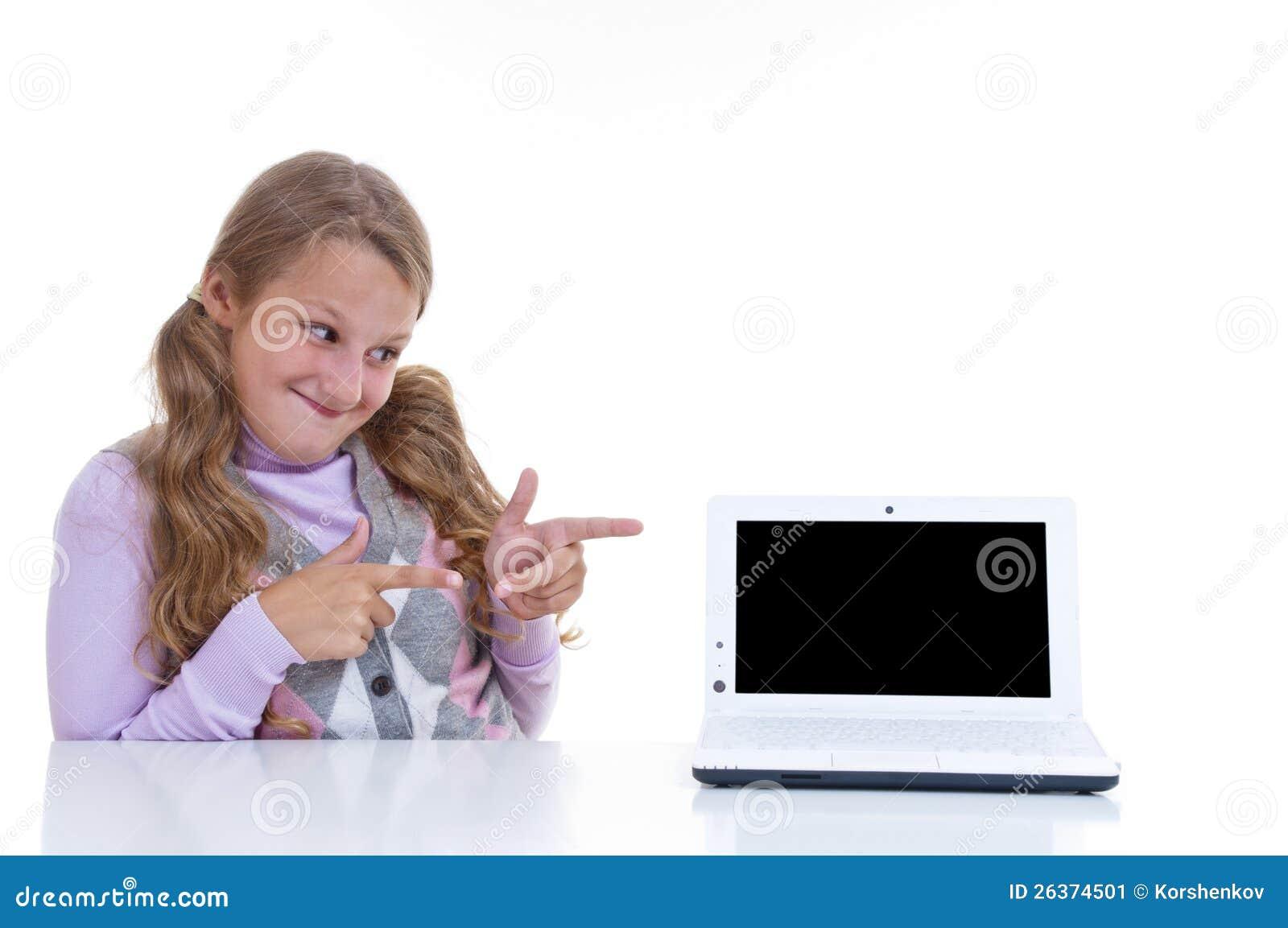 Schulmädchen, das auf ihr netbook zeigt