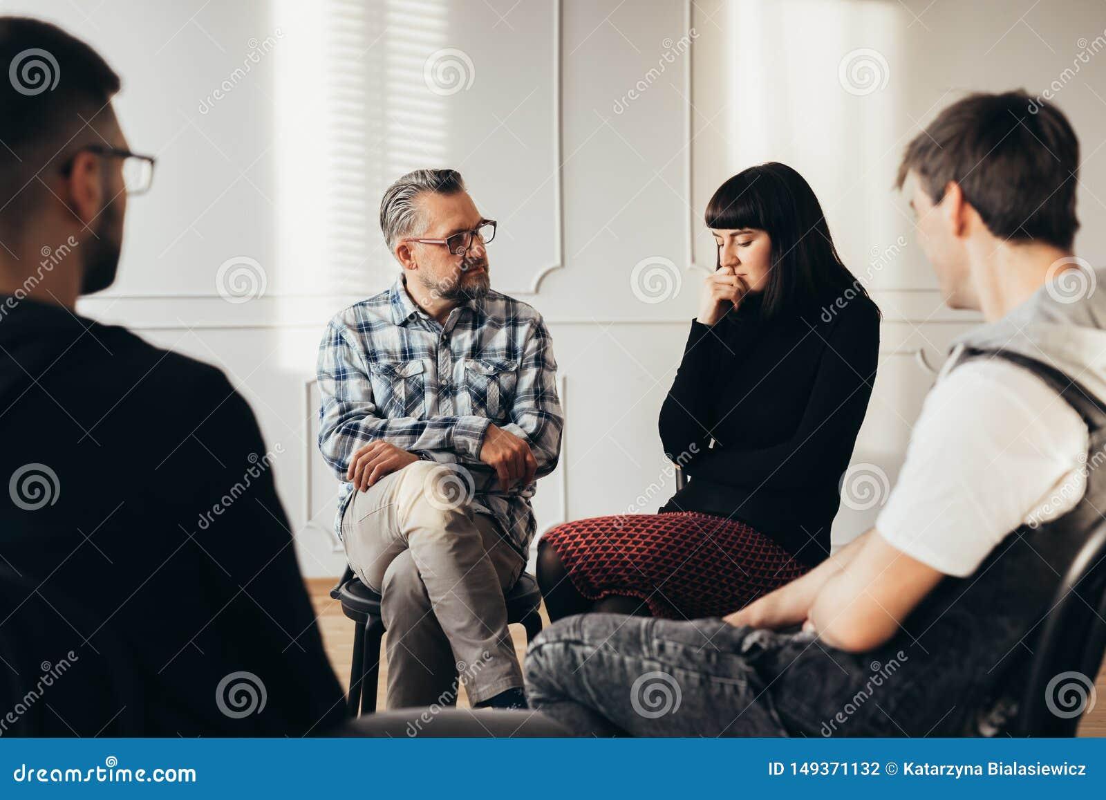 Schulratgeber, der mit deprimiertem Jugendlichem w?hrend der Gruppentherapie spricht