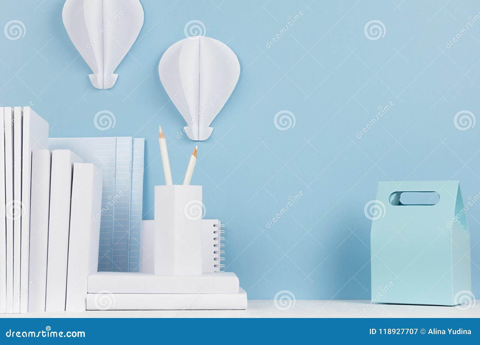 Schulschablone - weißes Briefpapier und Brotdose auf weißem Schreibtisch und weichem blauem Hintergrund Zurück zu Schulhintergrun