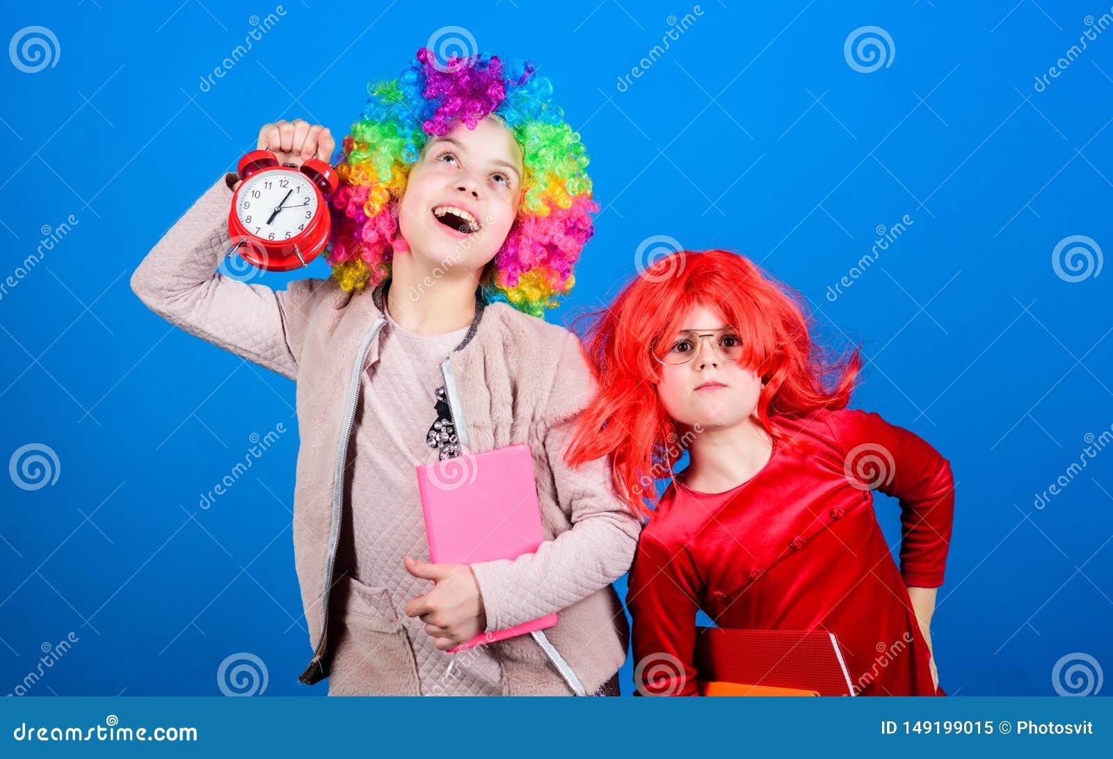 Schulwarnung M?dchensorge ?ber Zeit Disziplin- und Zeitkonzept Zirkusschulbildung Zeit, Spa? zu haben Kinder