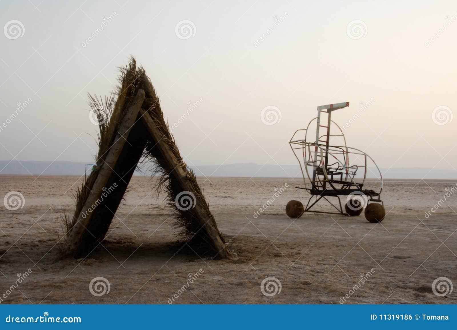Schutz und Fahrzeug in der Salzwüste
